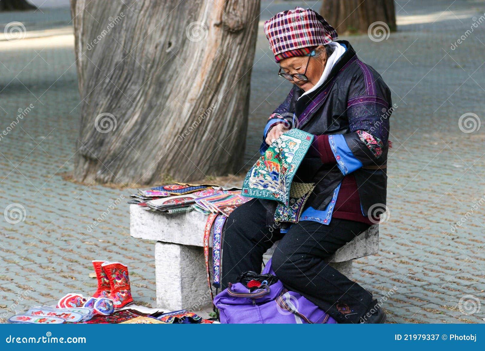 L 39 anziana che indossa vestiti etnici fotografia editoriale for Vestiti etnici