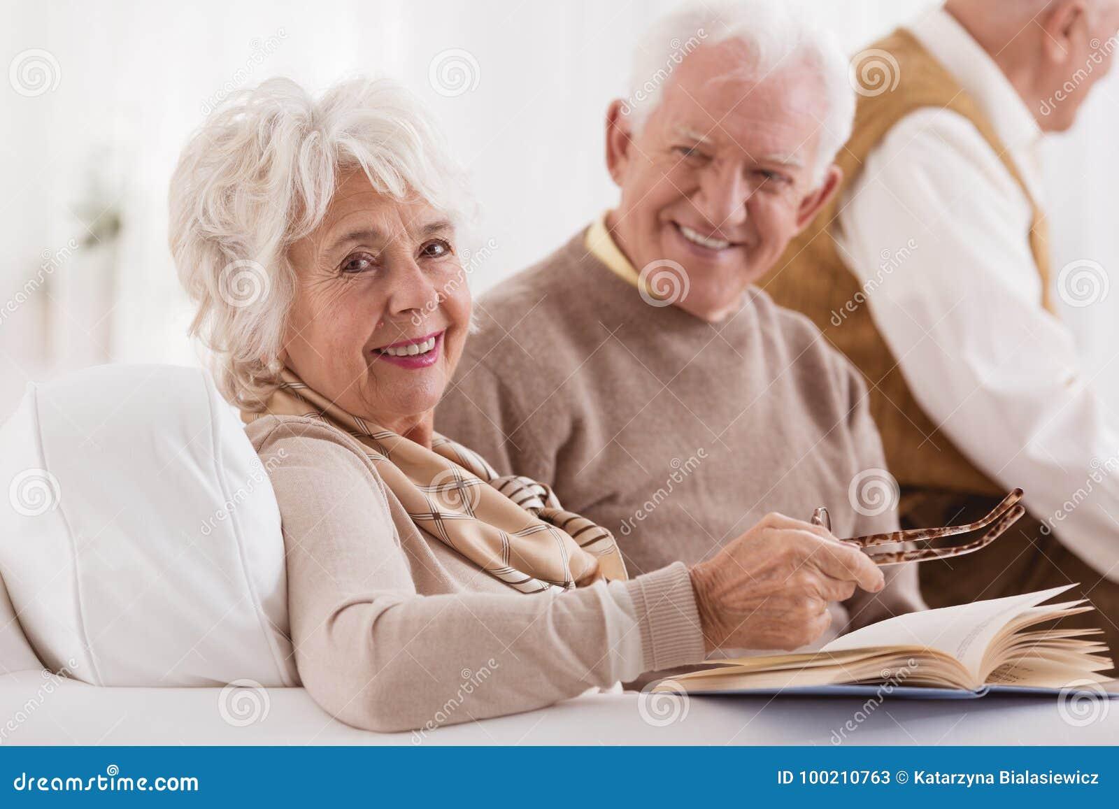 L anziano felice sta esaminando la moglie