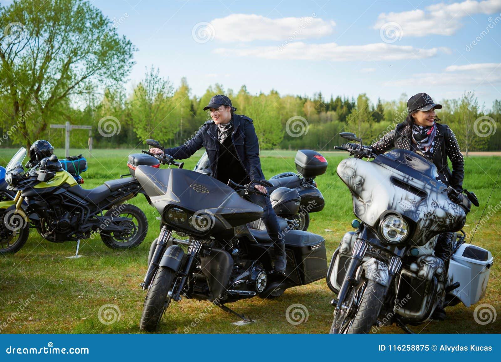 L apertura dei motociclisti lituani condisce, riunione nella fattoria rurale di turismo, ritratti