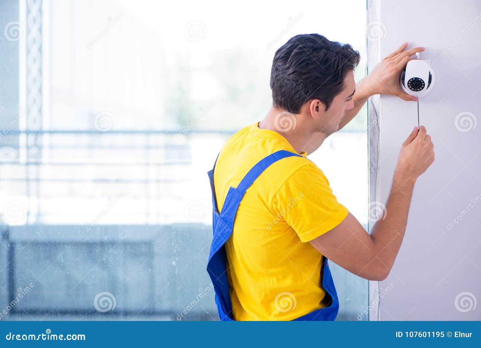 L appaltatore che installa le macchine fotografiche del cctv di sorveglianza nell ufficio