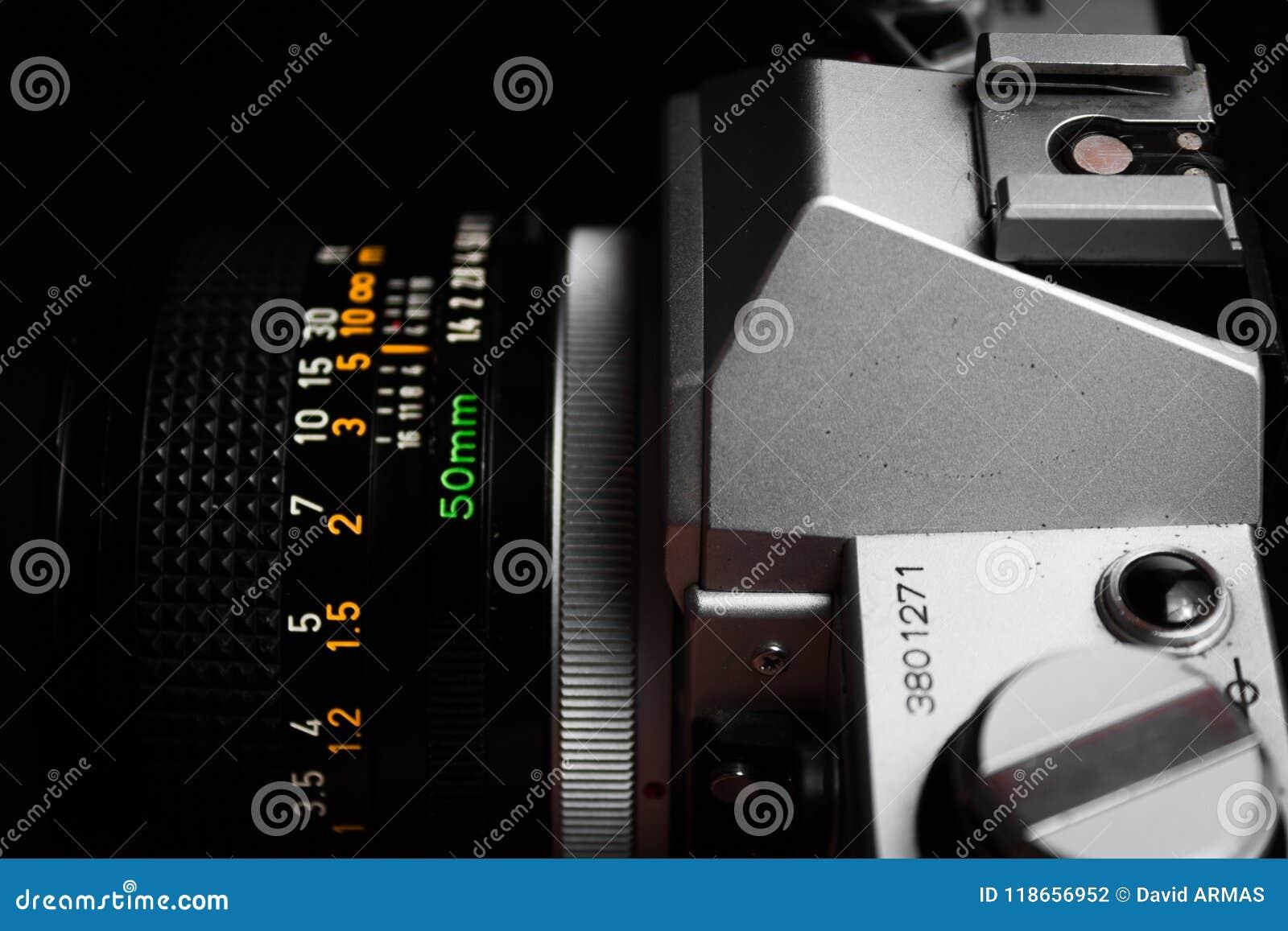 L appareil-photo mécanique Canon AE-1 et la lentille de vintage profilent la photo