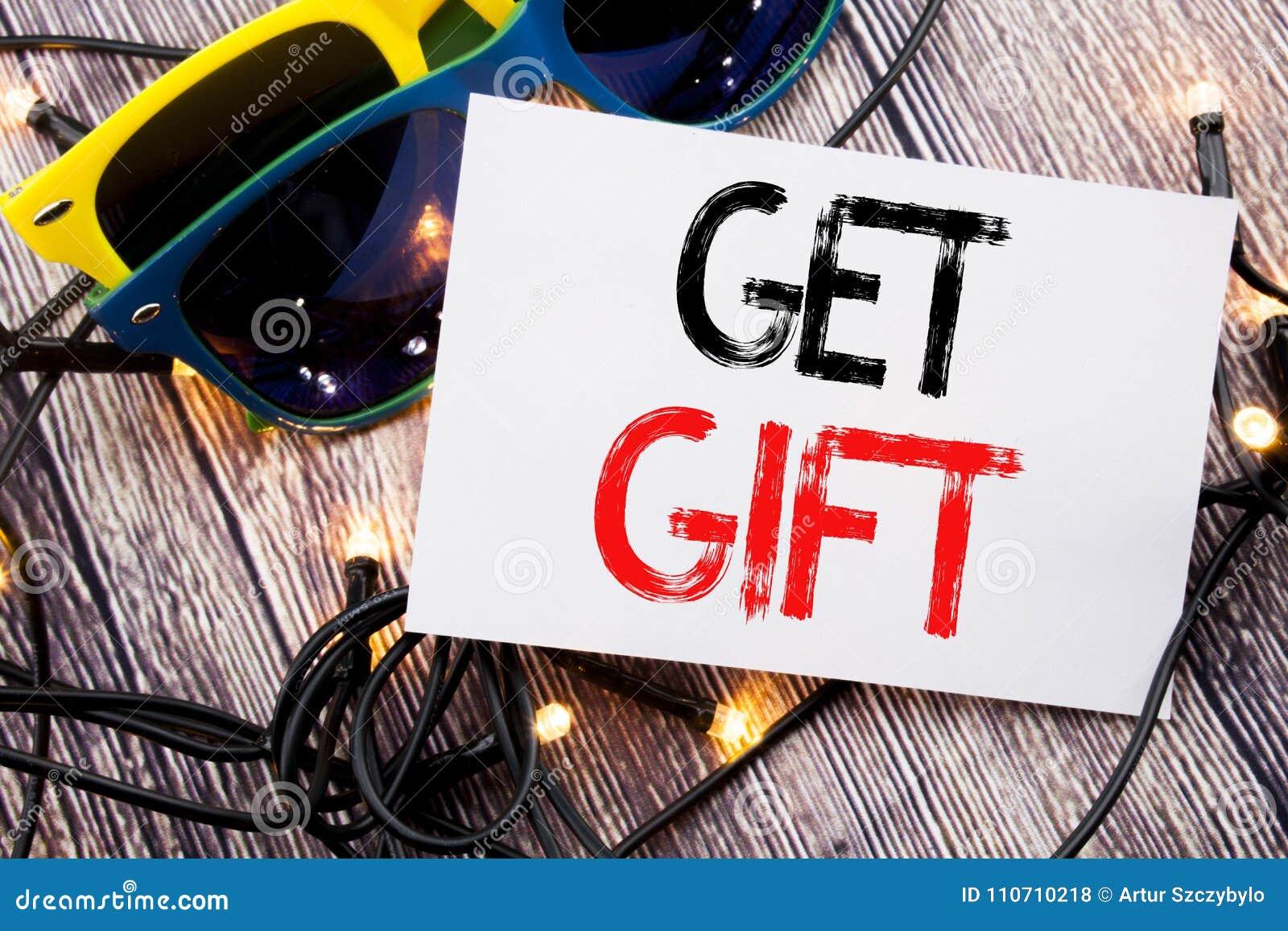 L apparence des textes d écriture obtiennent le cadeau Concept d affaires pour le bon Free Shoping écrit sur la note collante ave
