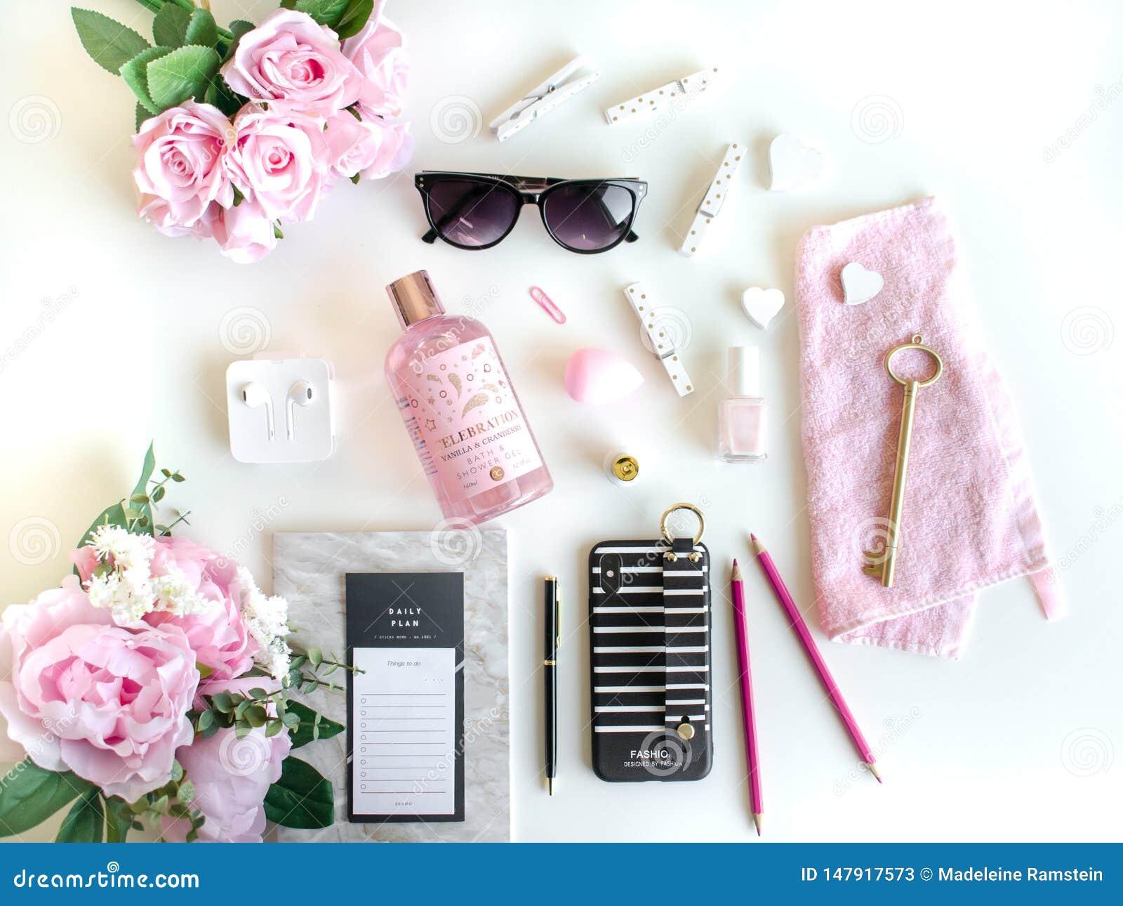 L appartement s étendent avec différents accessoires Rose, rose, blanc, noir
