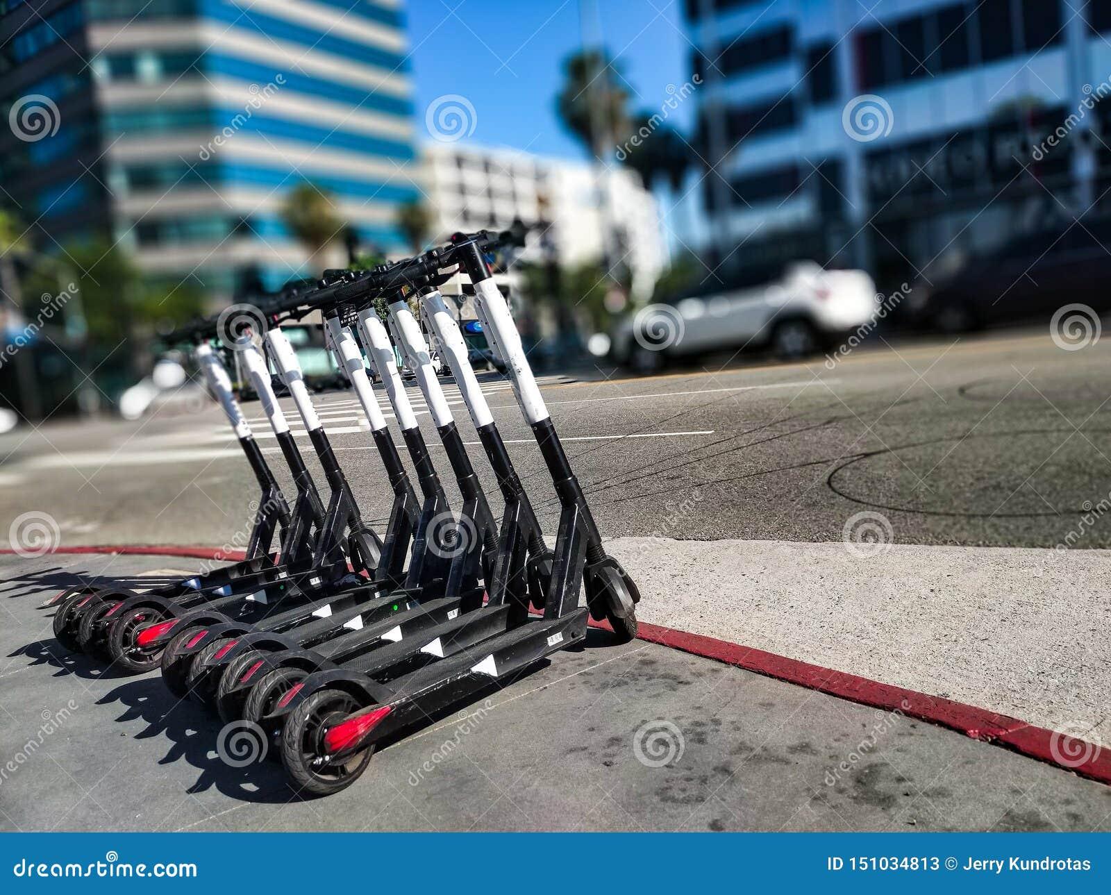 L appli a basé des scooters alignés attendant leurs prochains cavaliers
