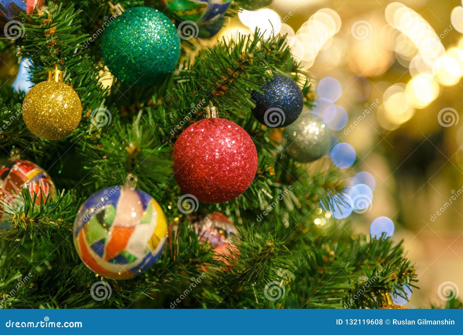 L arbre de Noël est un arbre conifére à feuilles persistantes décoré, vrai ou artificiel, et une tradition populaire liée à