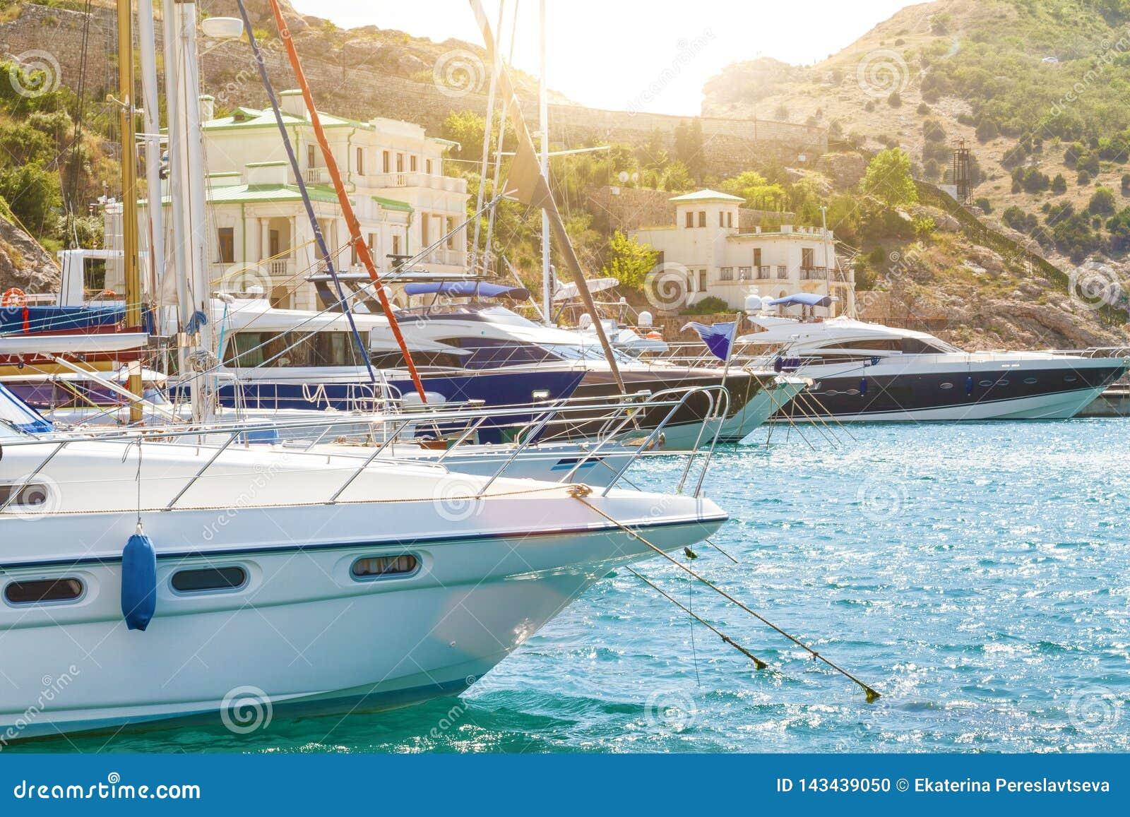 L arc du bateau sur l eau au pilier, le concept du voyage et des loisirs