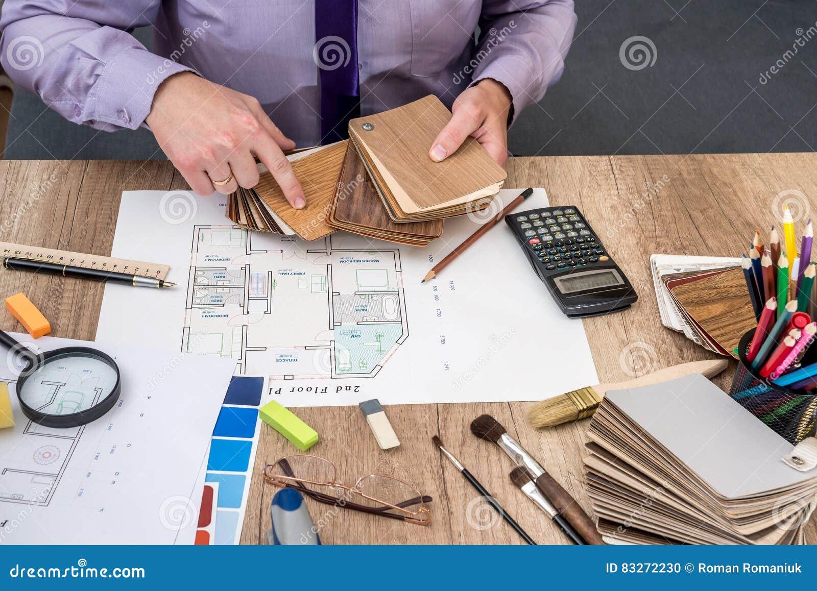 l 39 architecte d 39 homme trace un plan de maison avec la palette de couleurs pour des meubles photo. Black Bedroom Furniture Sets. Home Design Ideas