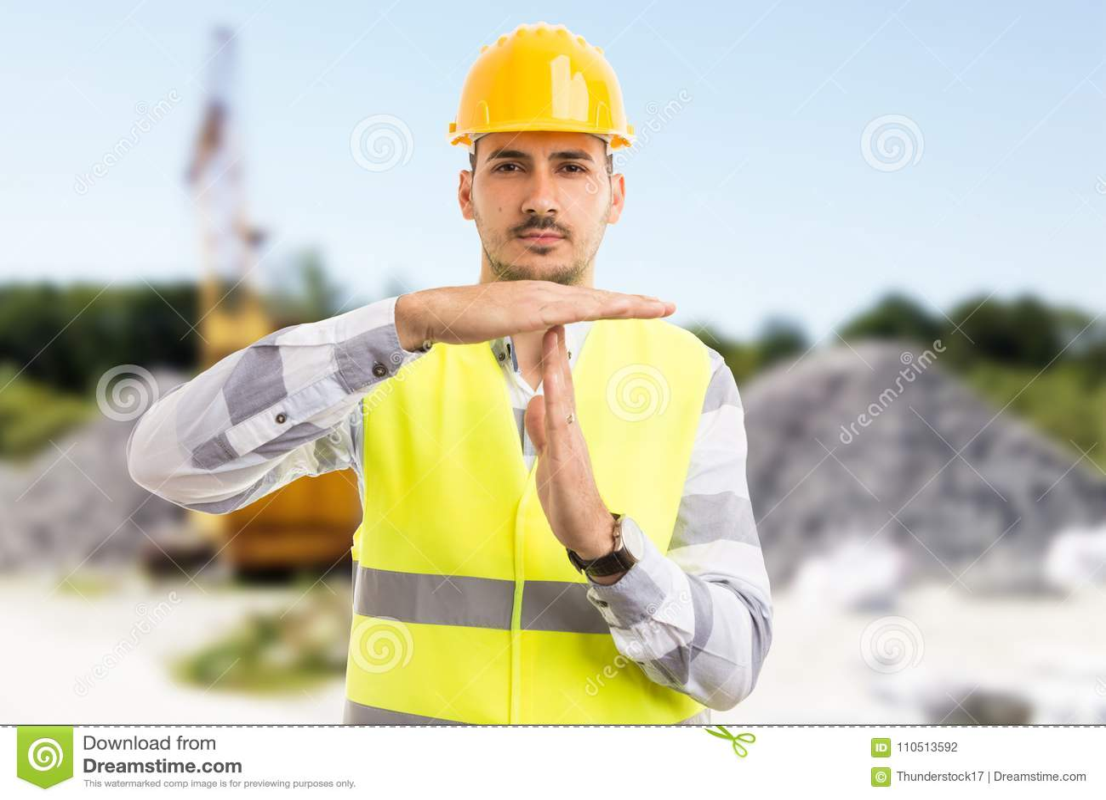 L architecte ou l ingénieur faisant le temps font une pause geste de coupure