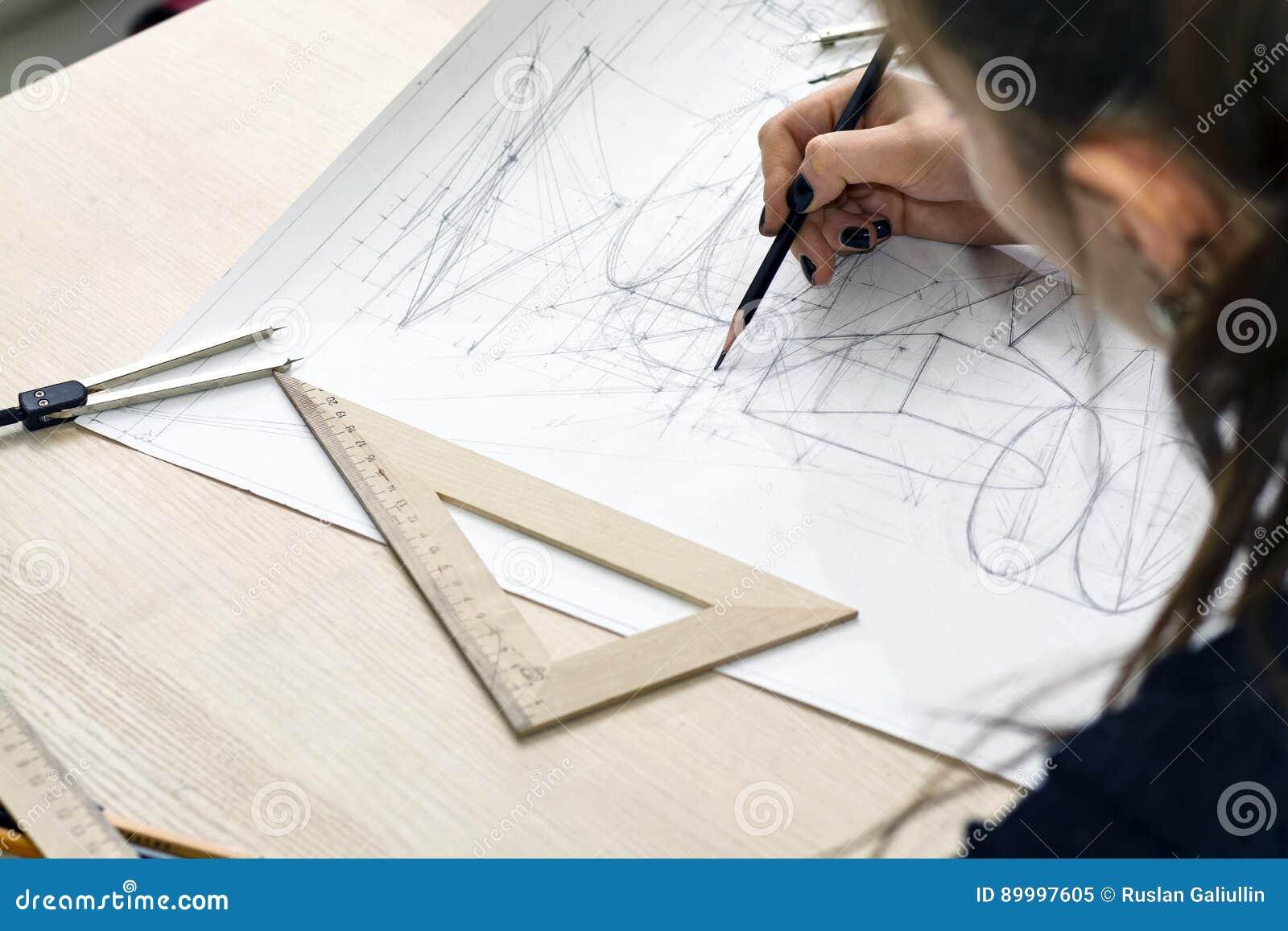 L 39 architetto della ragazza disegna un piano la for Immagine di un disegno di architetto
