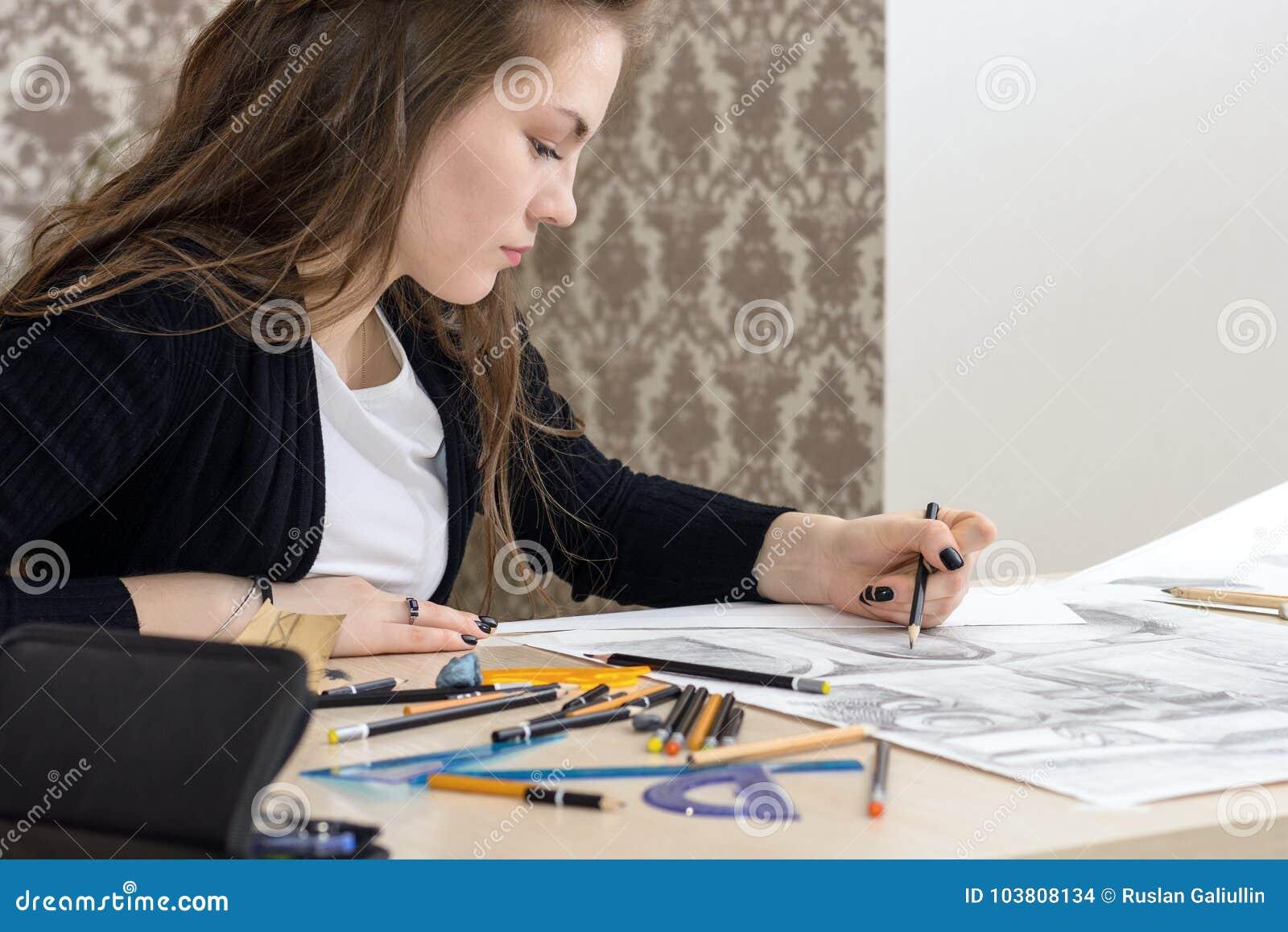 L architetto dello studente disegna un piano, il grafico, la progettazione, forme geometriche dalla matita sul grande foglio di c