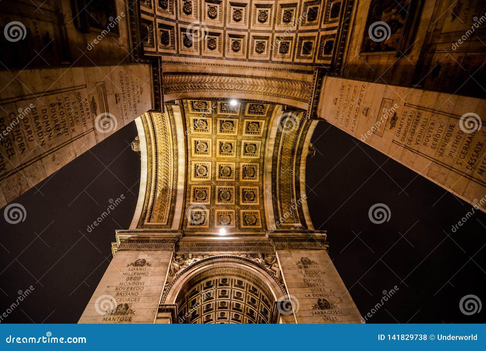 L Arco di Trionfo alla notte, immagine della foto una bella vista panoramica della città del Metropolitan di Parigi