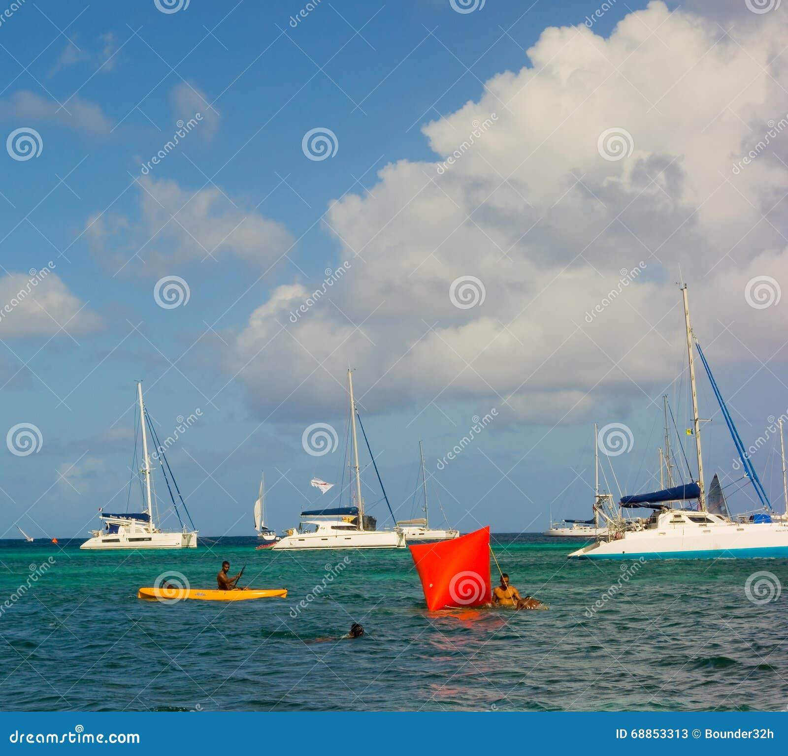 L arrangement maintient à flot pour une course de natation dans la baie d amirauté