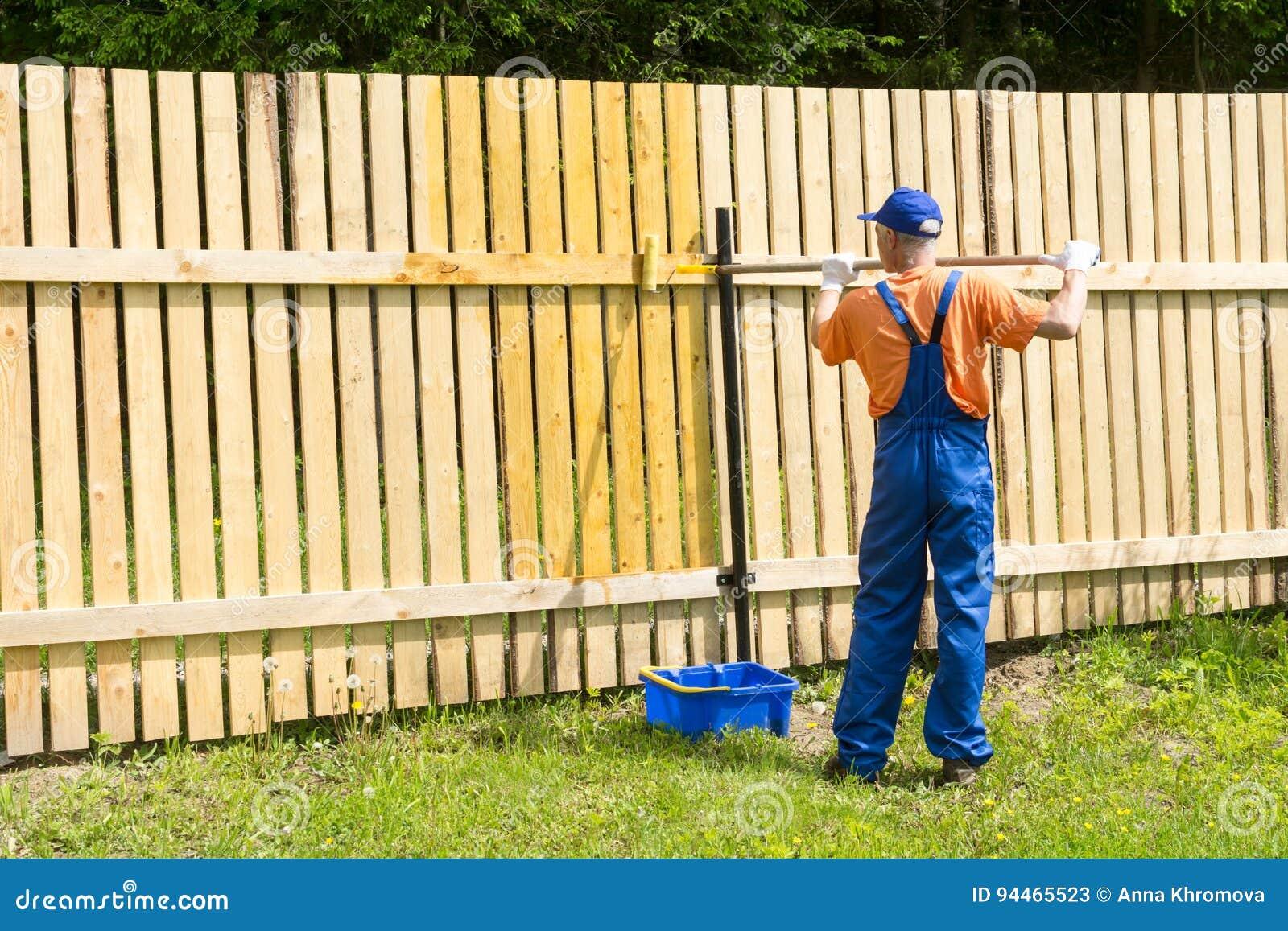 L Artisan Appliquent La Peinture Au Mur Dans Le Jardin
