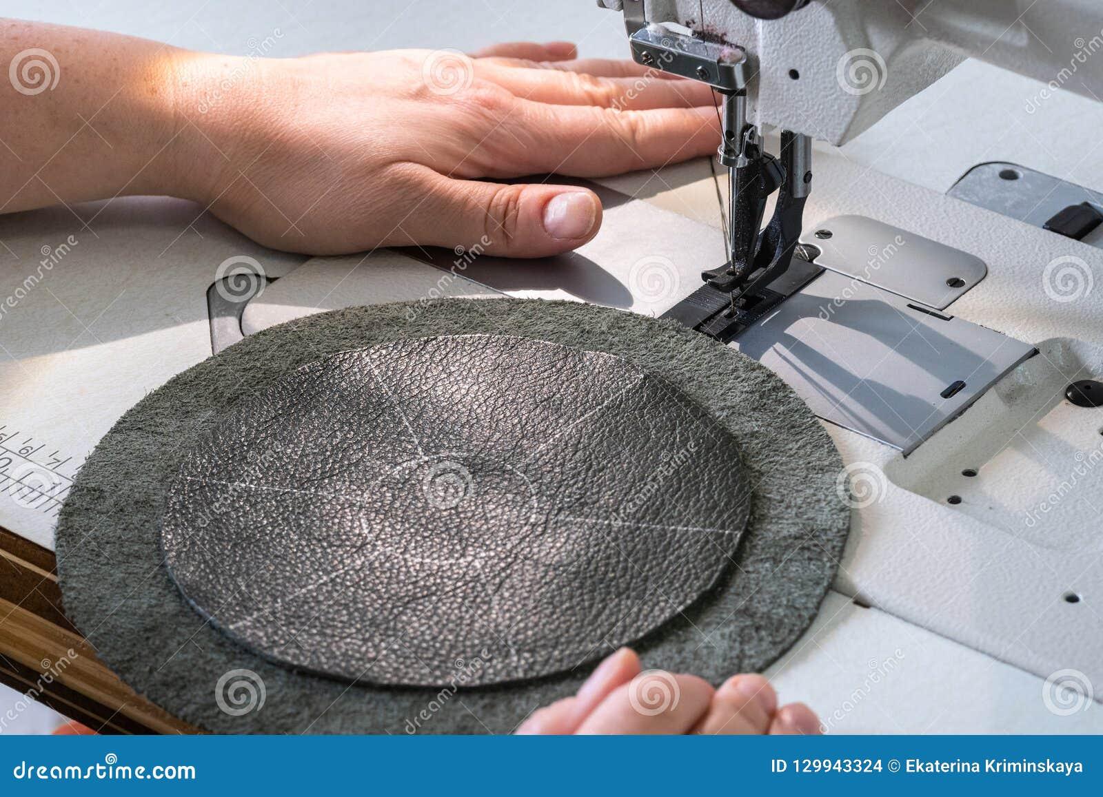 L artisan dispose à coudre sur la machine à coudre