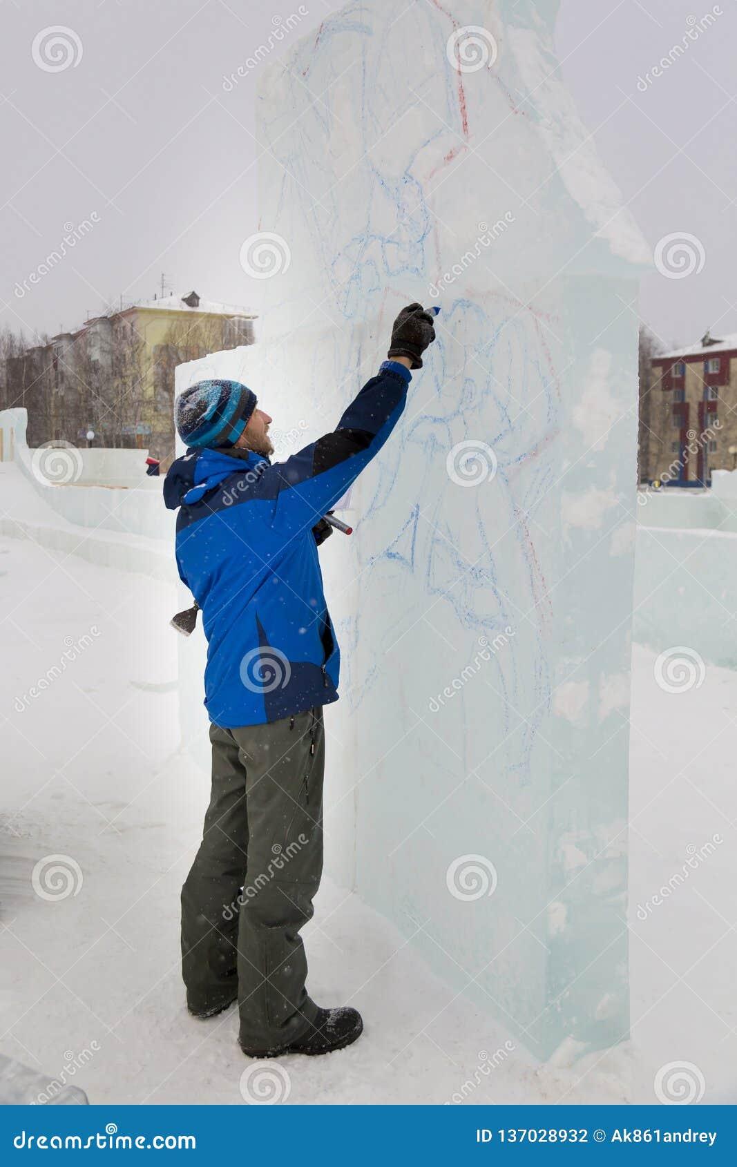 L artista attinge il blocco di ghiaccio