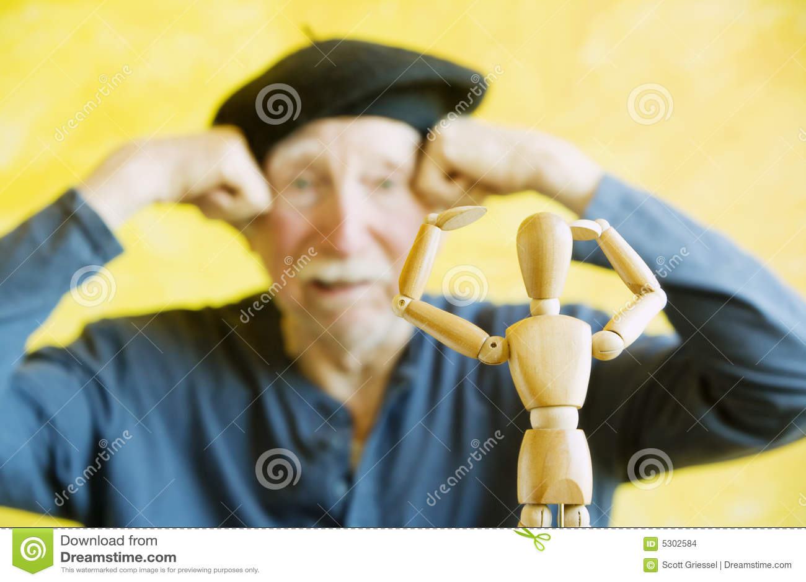 Download L'artista Imita Una Figura Di Legno Fotografia Stock - Immagine di arte, specchio: 5302584