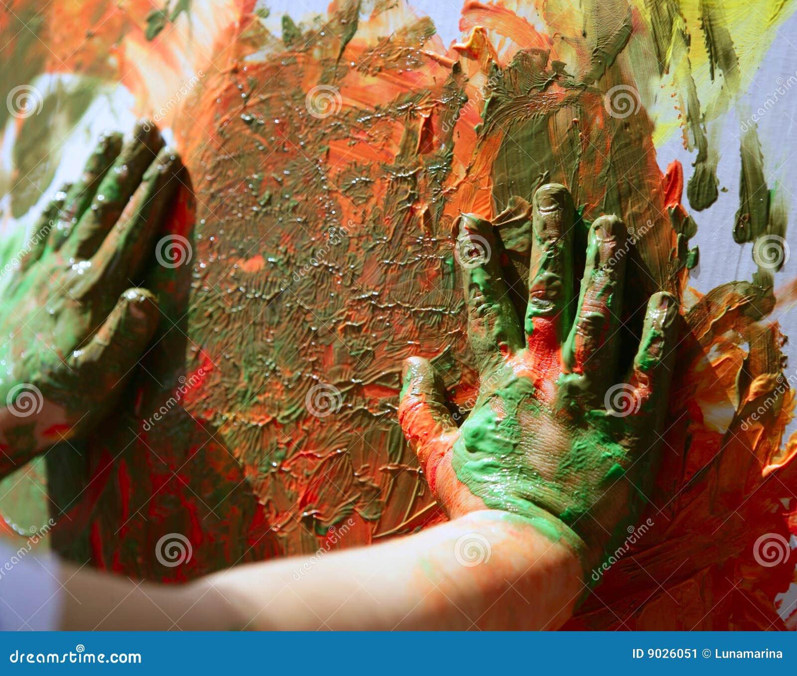 L artiste d enfants remet à peinture des couleurs multi