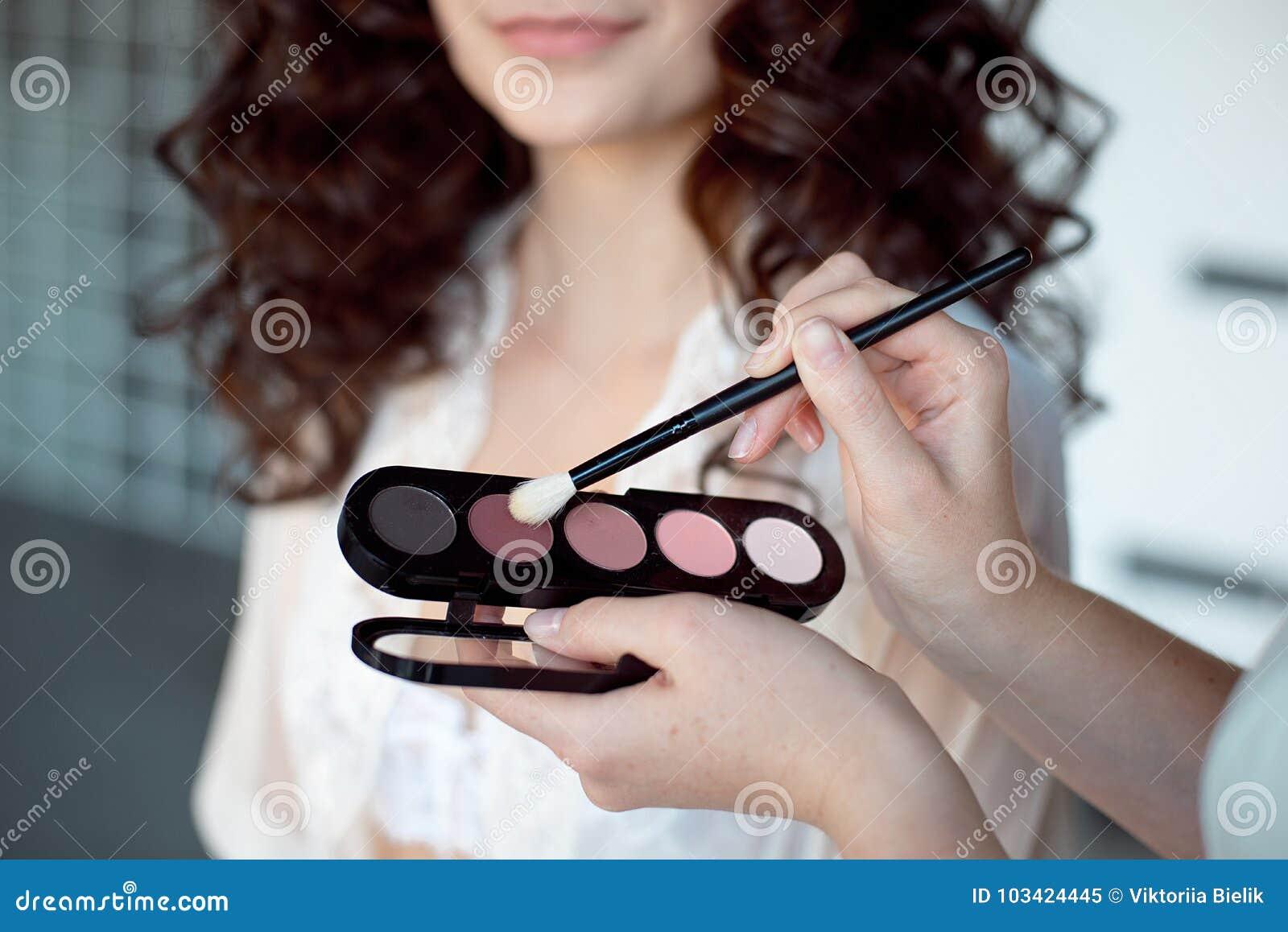 L artiste de renivellement applique l ombre d oeil Peau lisse parfaite Application du renivellement L application des ombres sur
