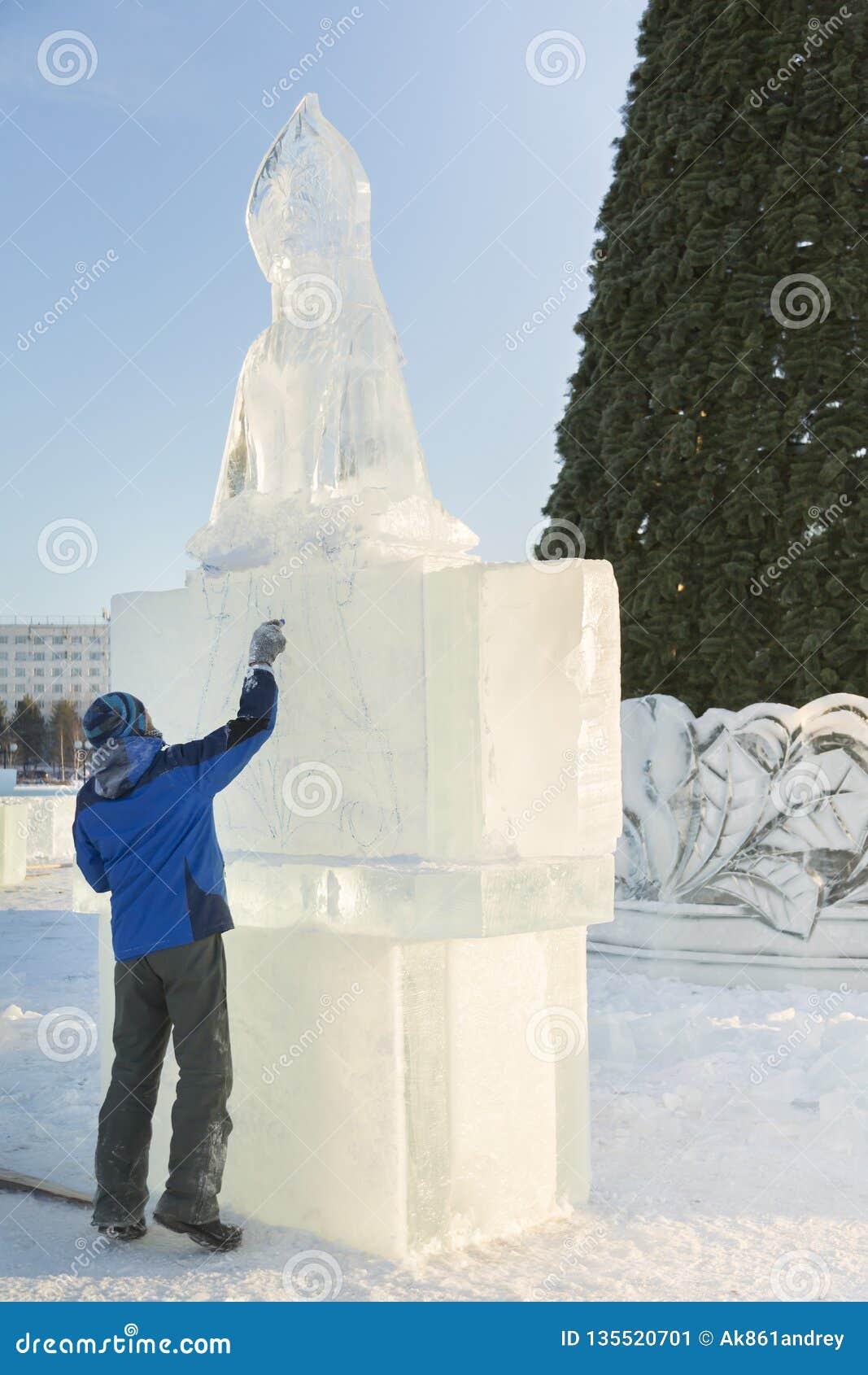 L artiste dessine sur le bloc de glace