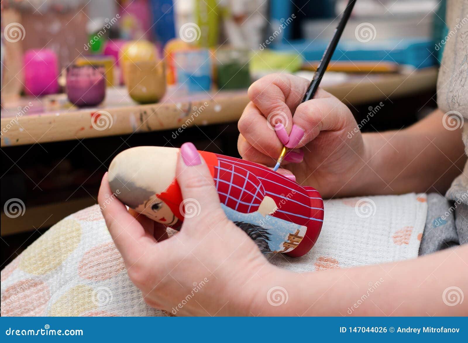 L artiste dessine une poup?e-matryoshka Plan rapproch? de main