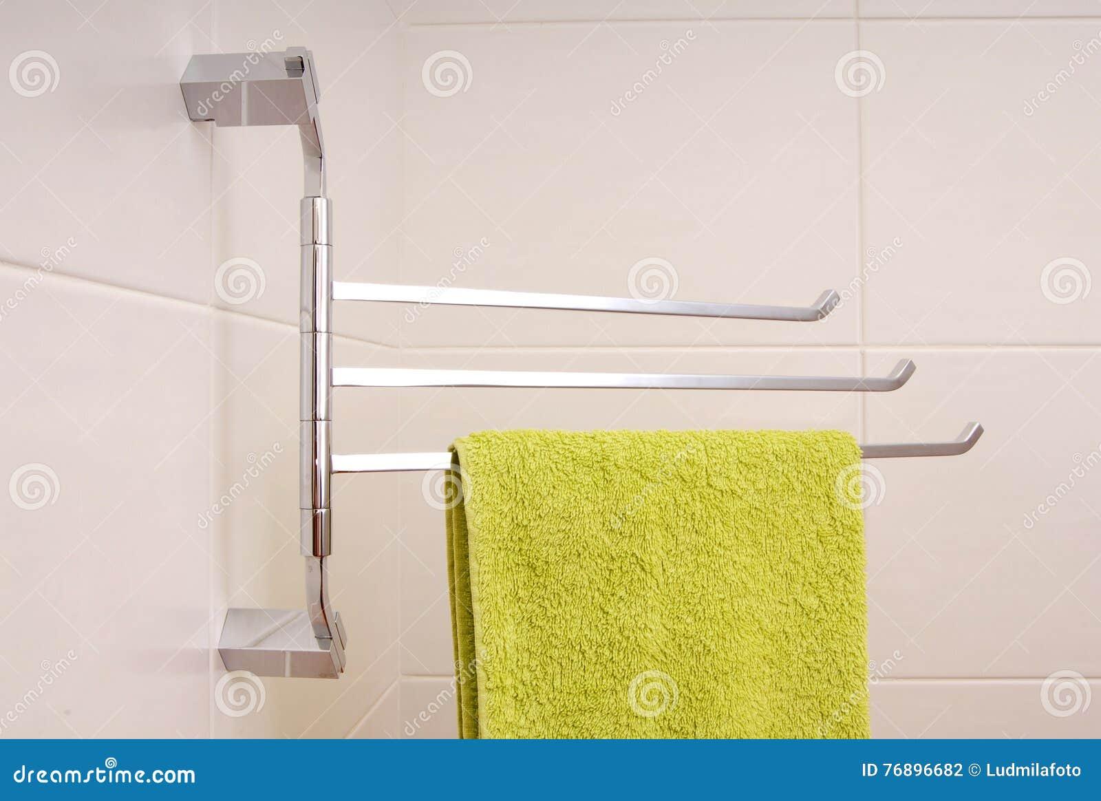 L asciugamano verde è sulla ferrovia di asciugamano
