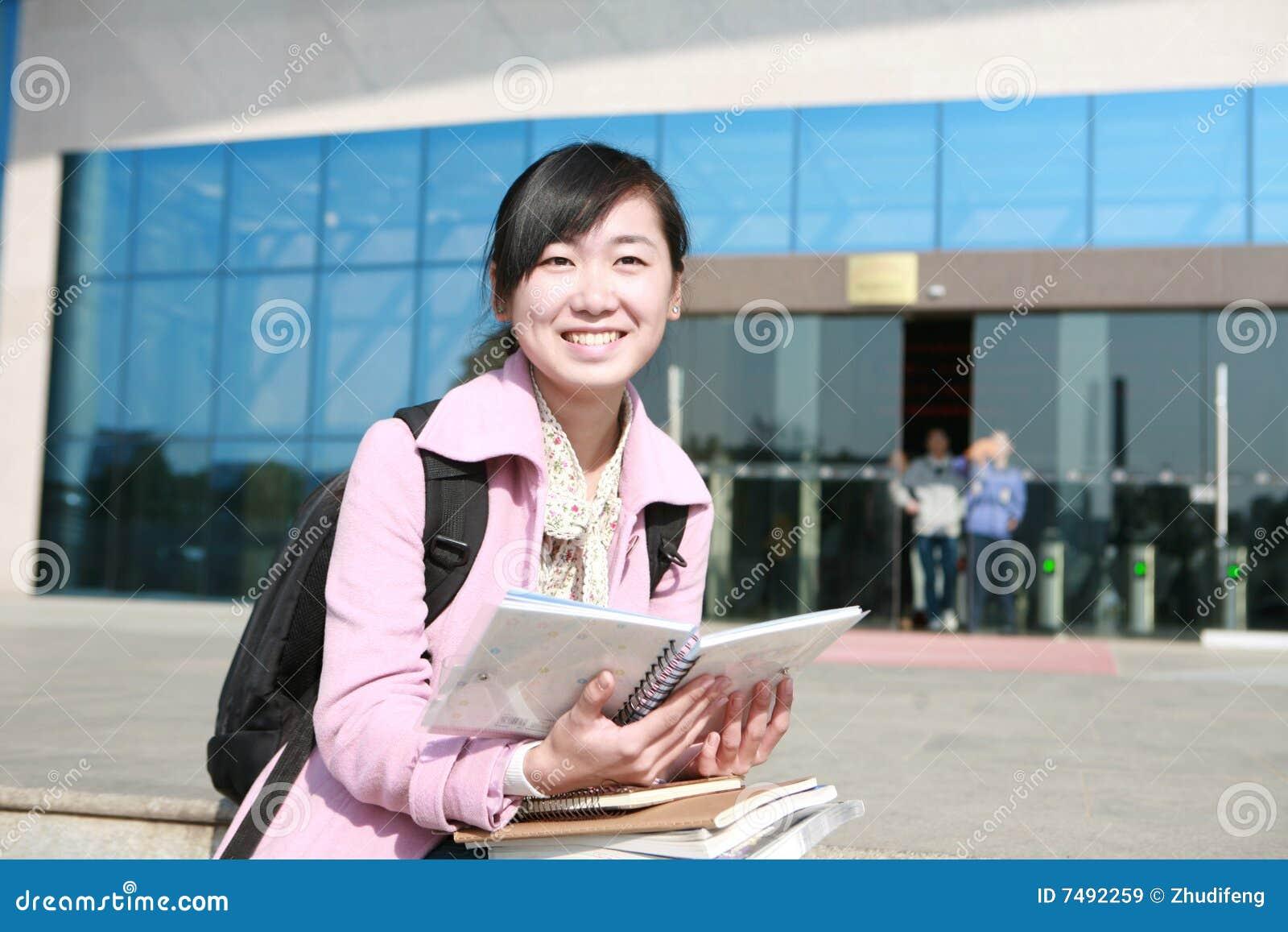L asiatico prenota i giovani della holding della ragazza