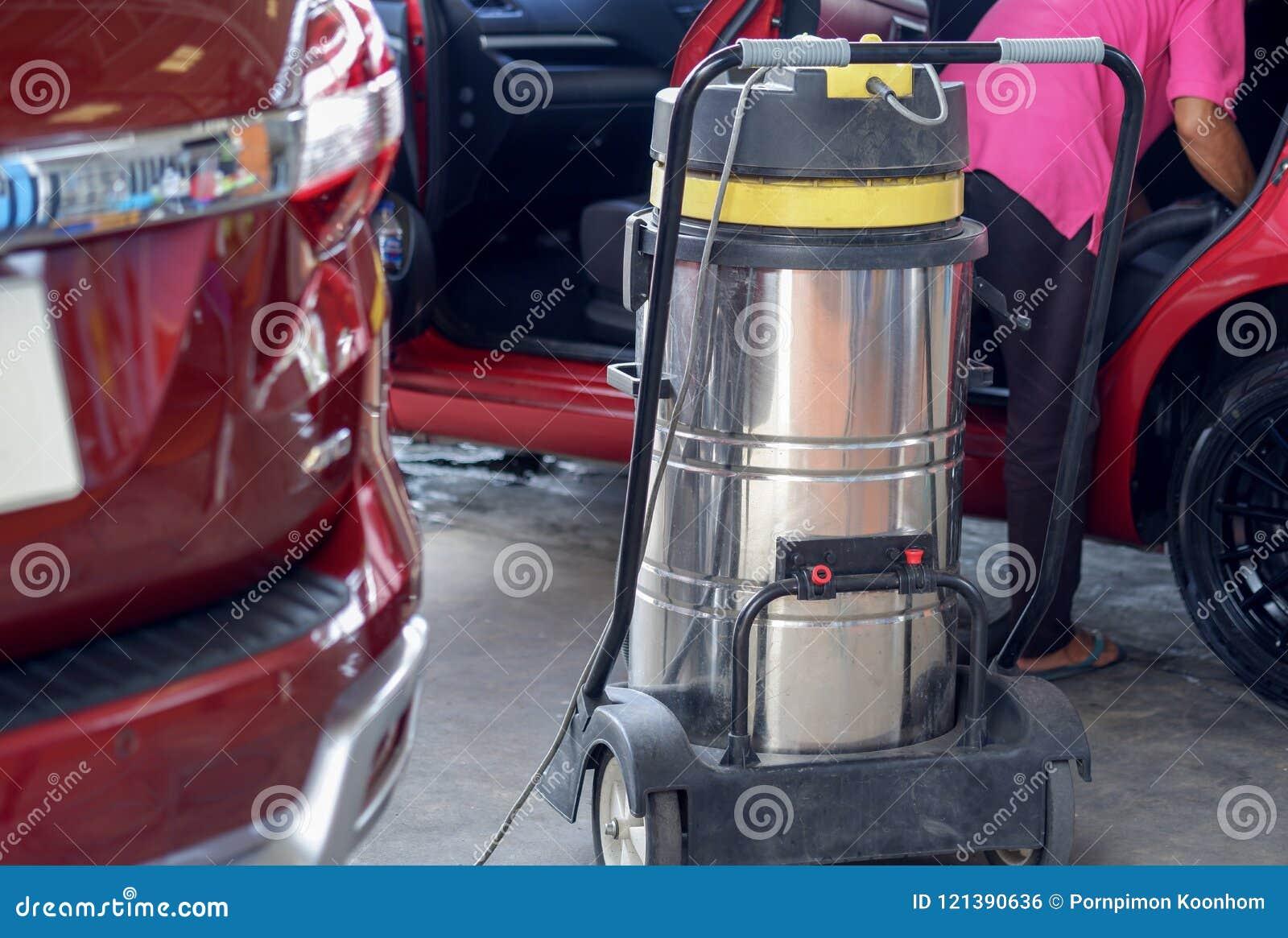 L aspirateur d utilisation d homme