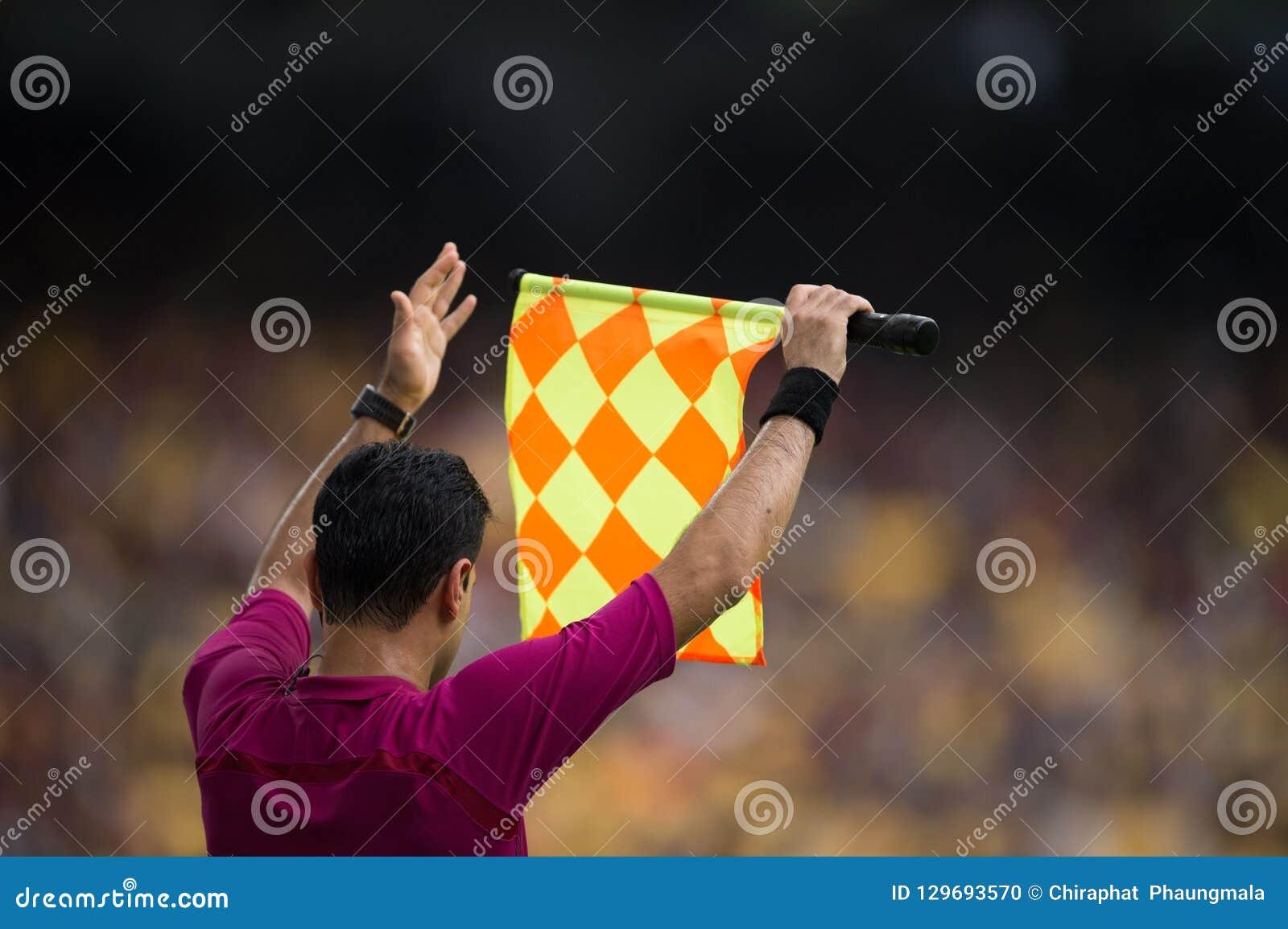 L assistente arbitro invia il segnale del giocatore della sostituzione
