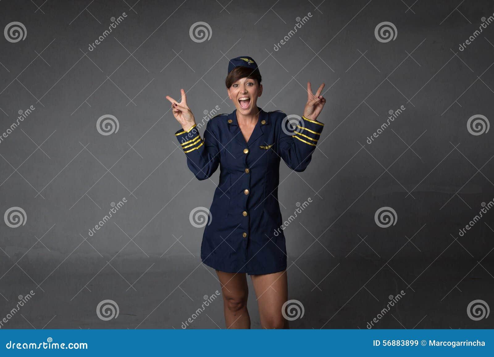 L assistente di volo gestures la v per successo
