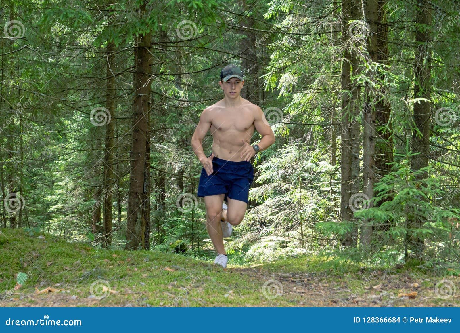 L athlète commet un matin couru par la forêt