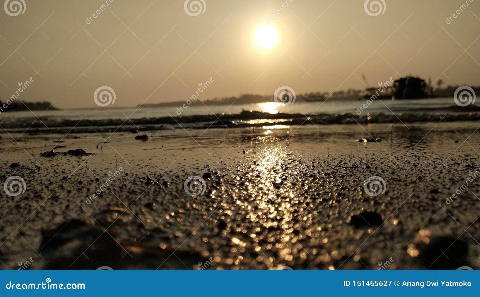 L atmosphère crépusculaire sur la lagune presse de la plage au coucher du soleil est si belle avec des couleurs d or