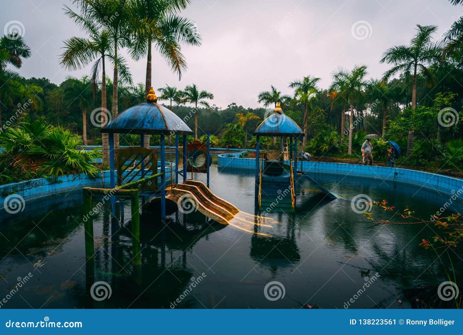 L attrazione scura Ho Thuy Tien di turismo ha abbandonato il waterpark, vicino alla città di tonalità, il Vietnam centrale, Sud-e