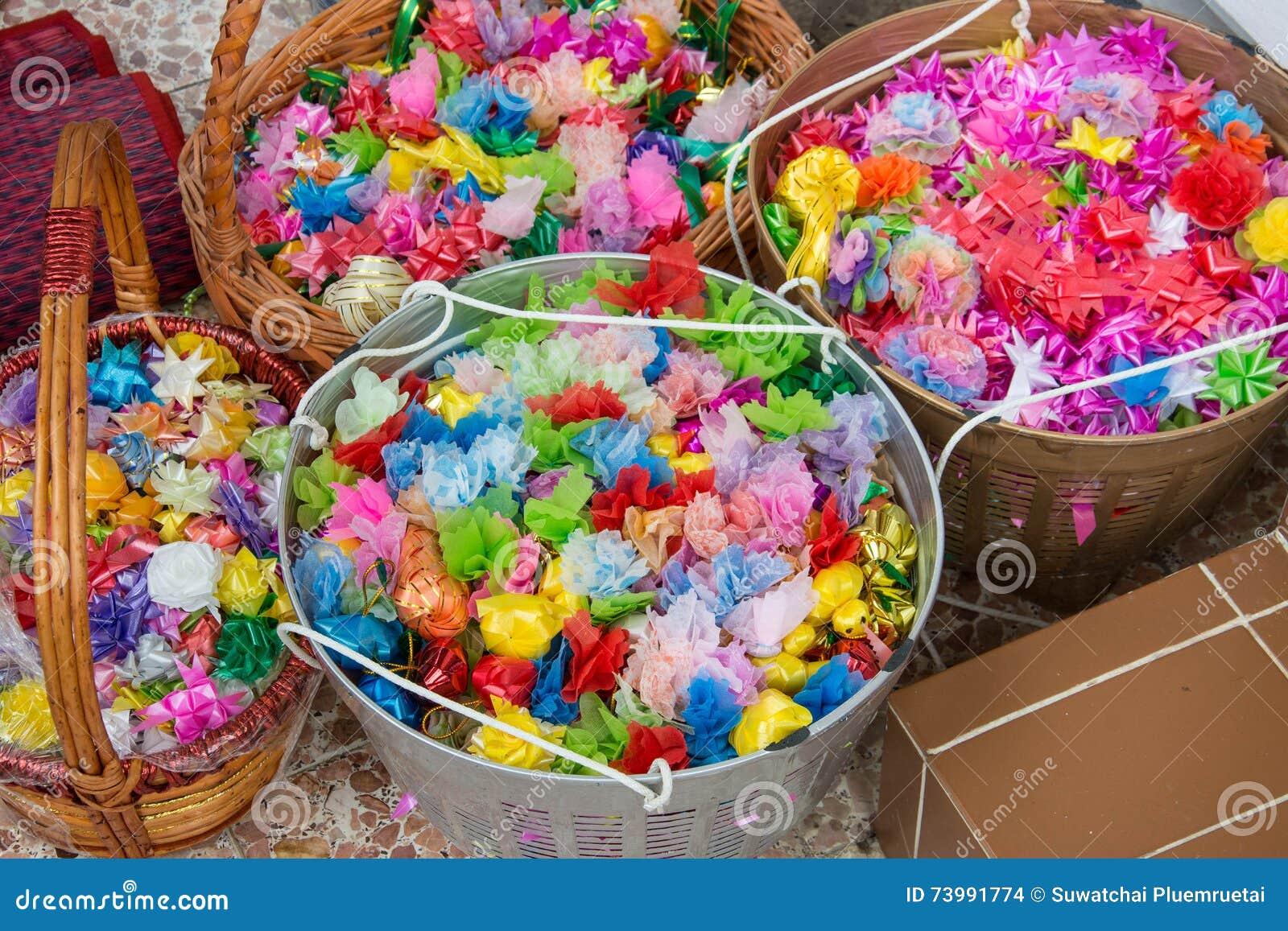 L aumône fleurit, aumône florale avec des ruban-fleurs pour la cérémonie de classification de Bouddha,