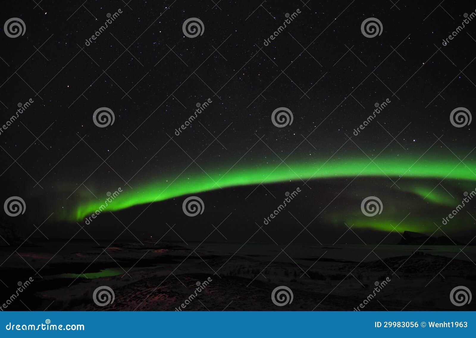 Aurora stupefacente, il fiordo e un gruppo di fotografi