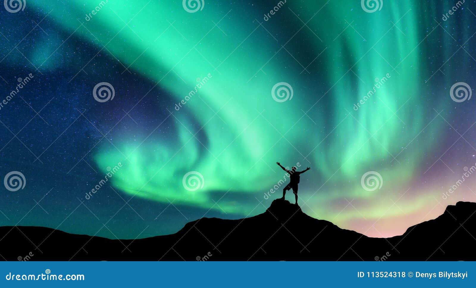 L aurore et silhouette d homme debout avec augmentés les bras sur la montagne en Norvège Aurora Borealis