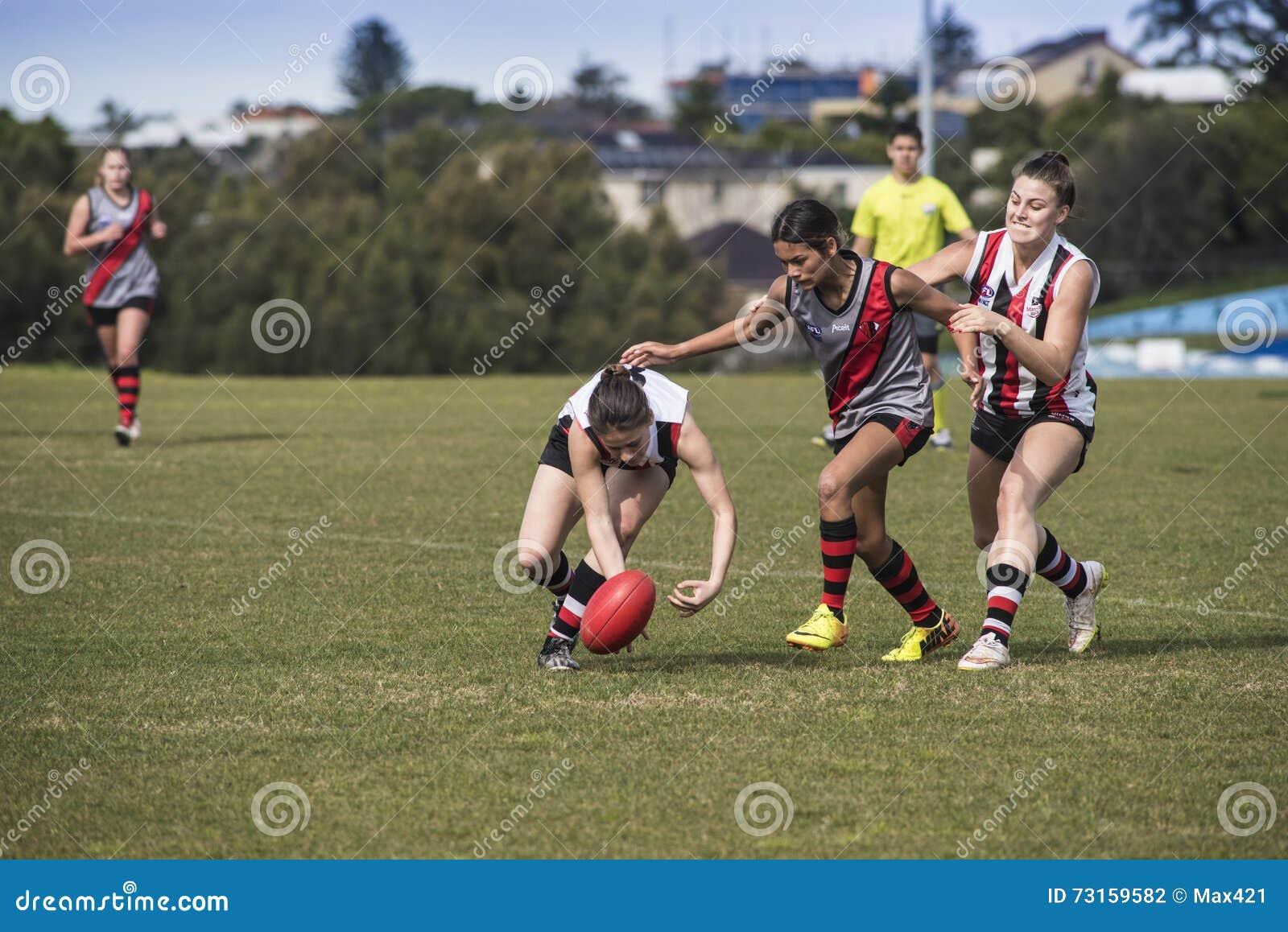 L australiano del gioco delle giovani donne governa il calcio