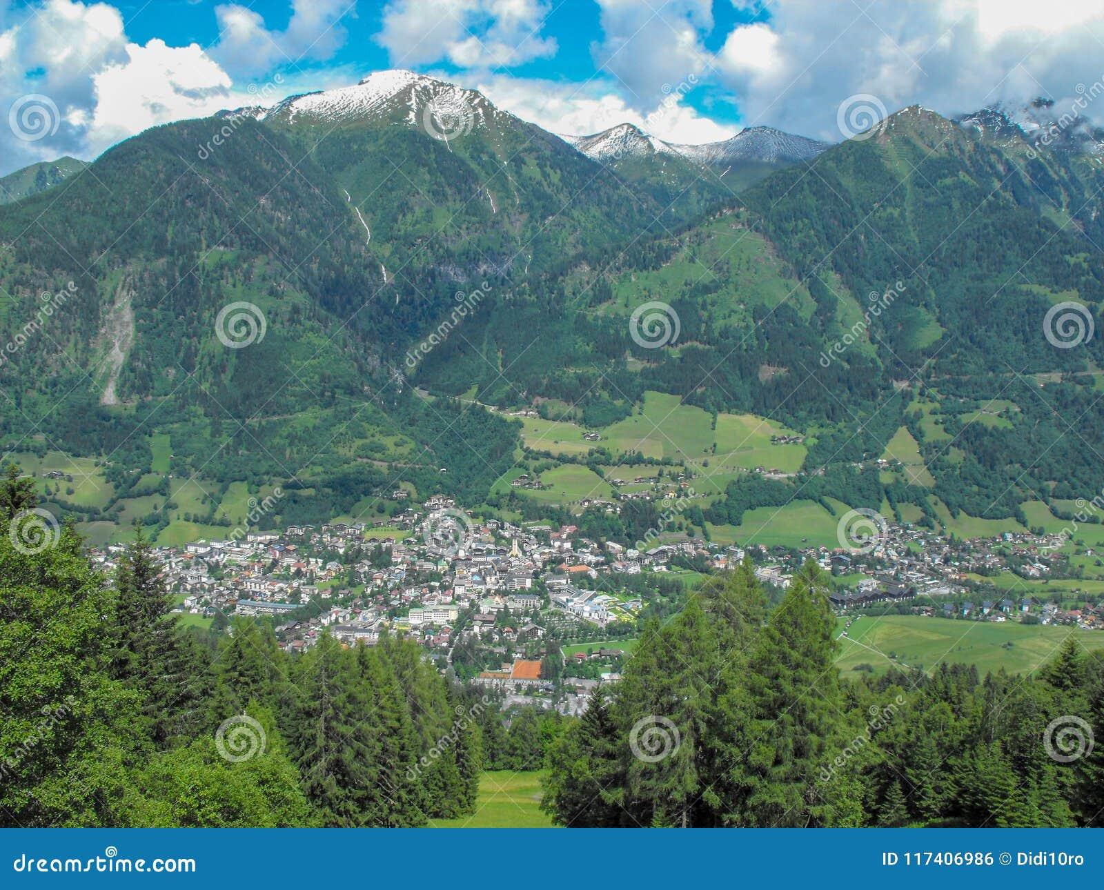 L\'Austria Zell Vede Il Lago Della Località Di Soggiorno Di Montagna ...