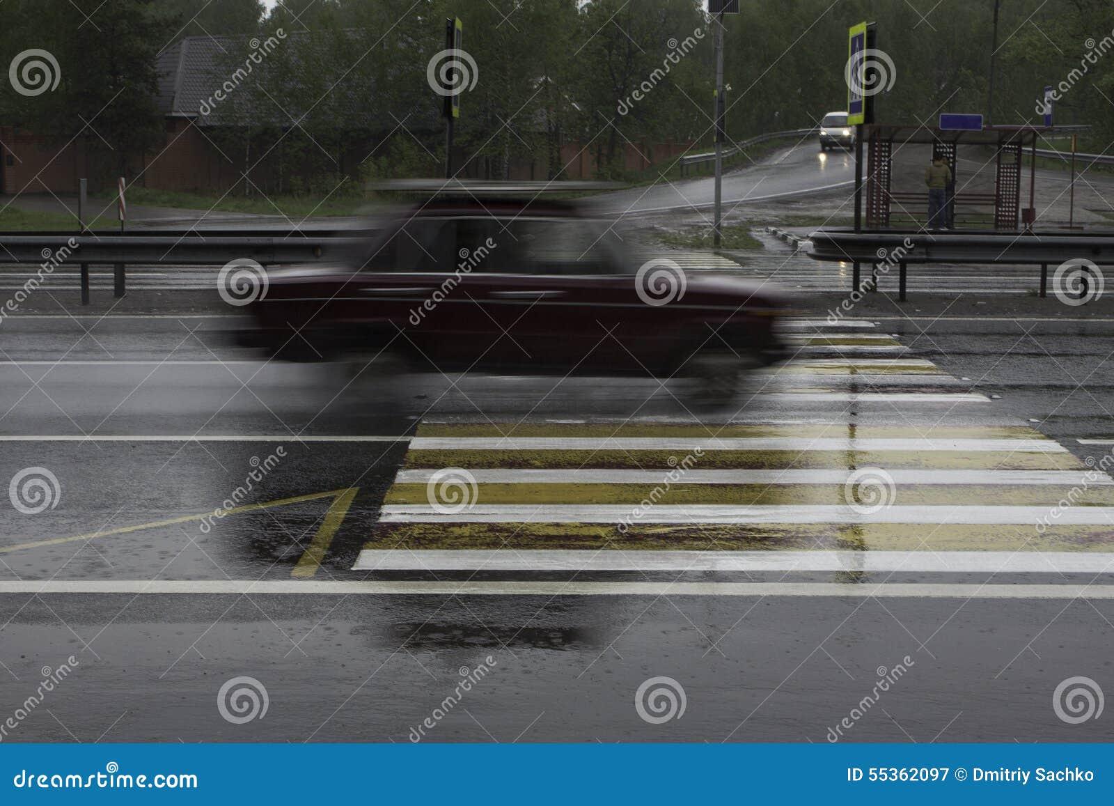 L automobile all alta velocità passa l attraversamento