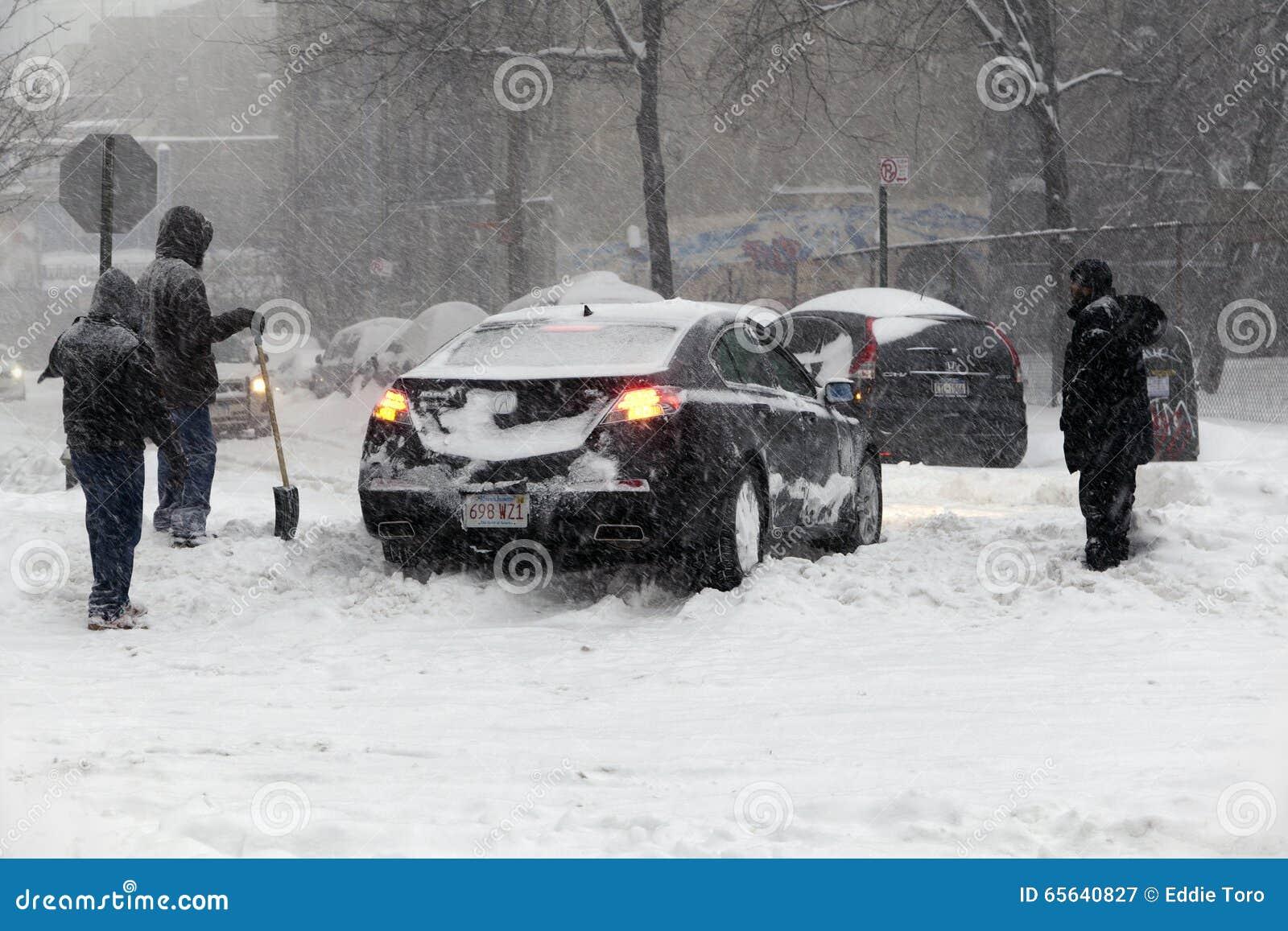 L automobile dans le Bronx a collé dans la neige pendant la tempête de neige Jonas