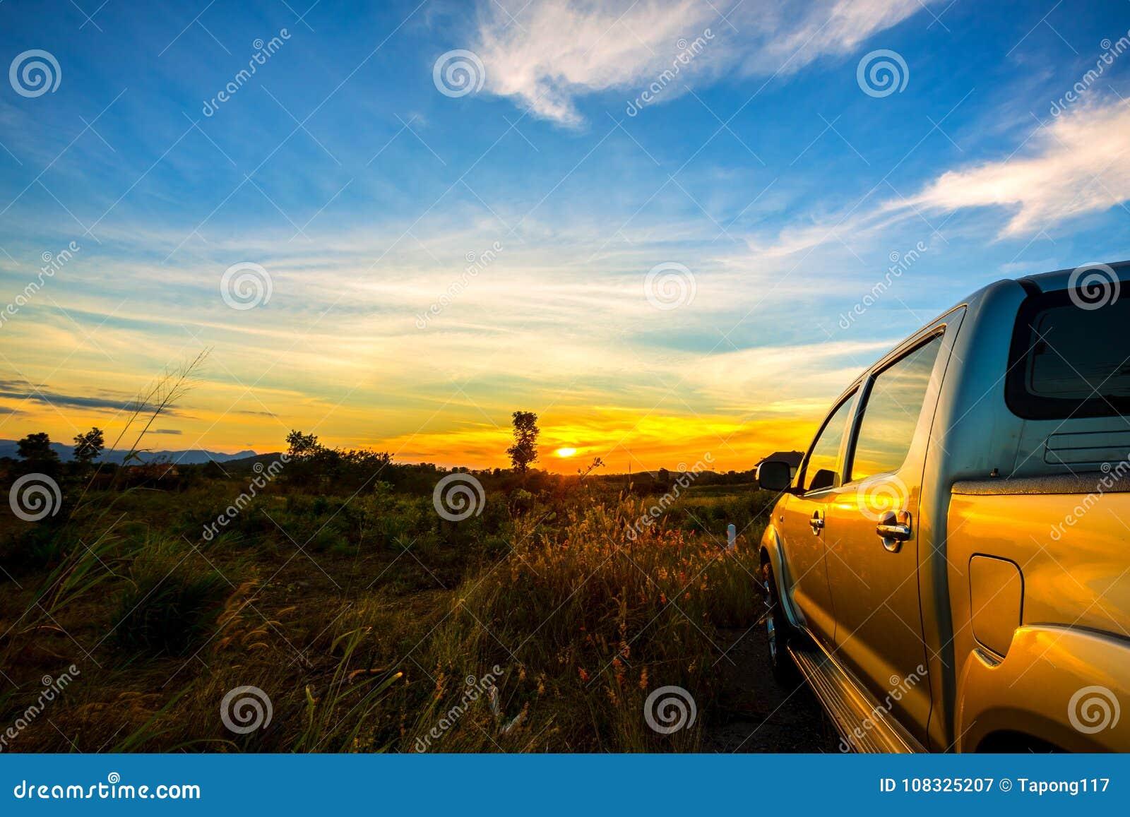 L automobile della raccolta ha parcheggiato nel campo del prato