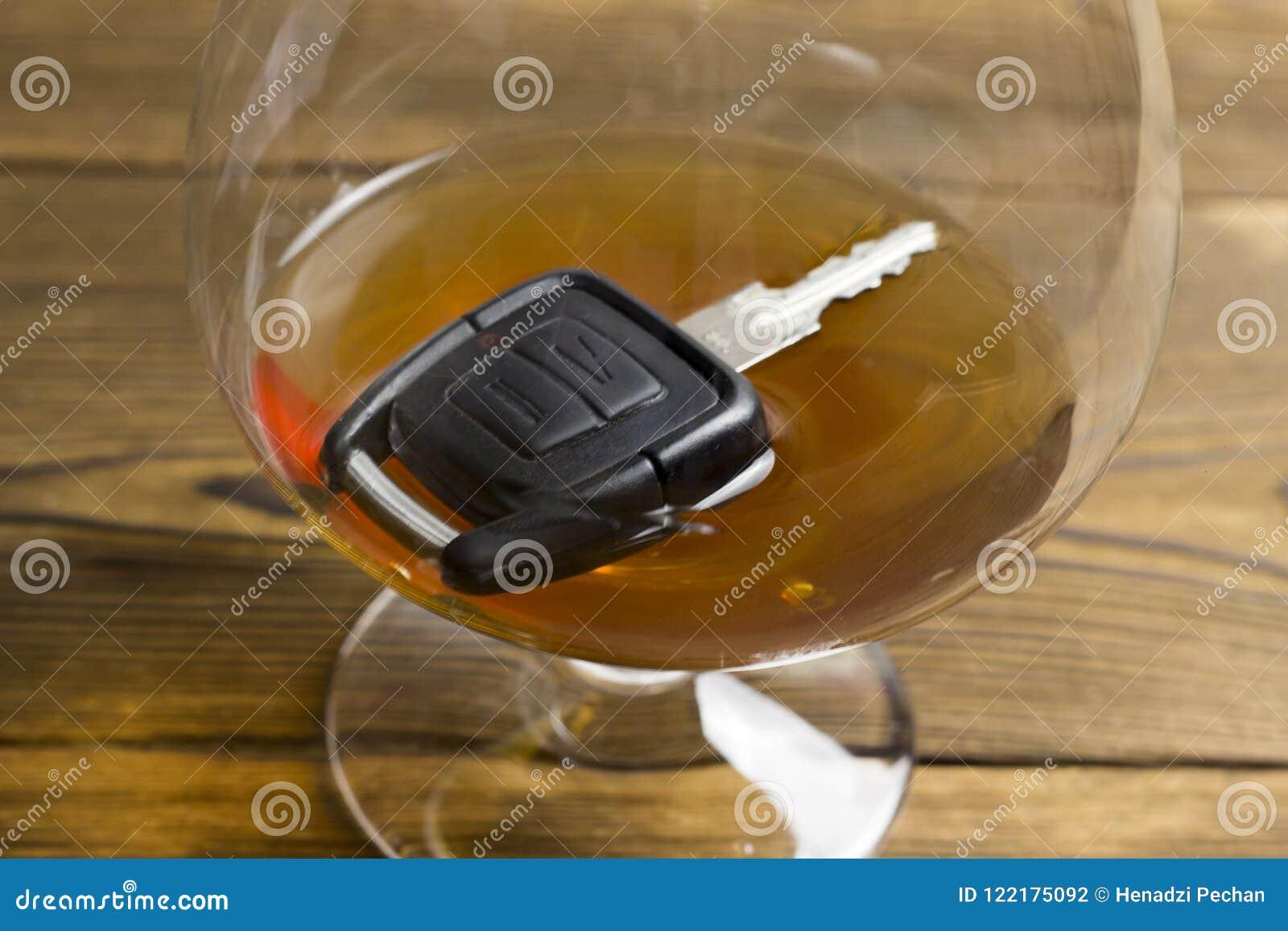 L automobile digita un vetro con il pericolo dell alcool
