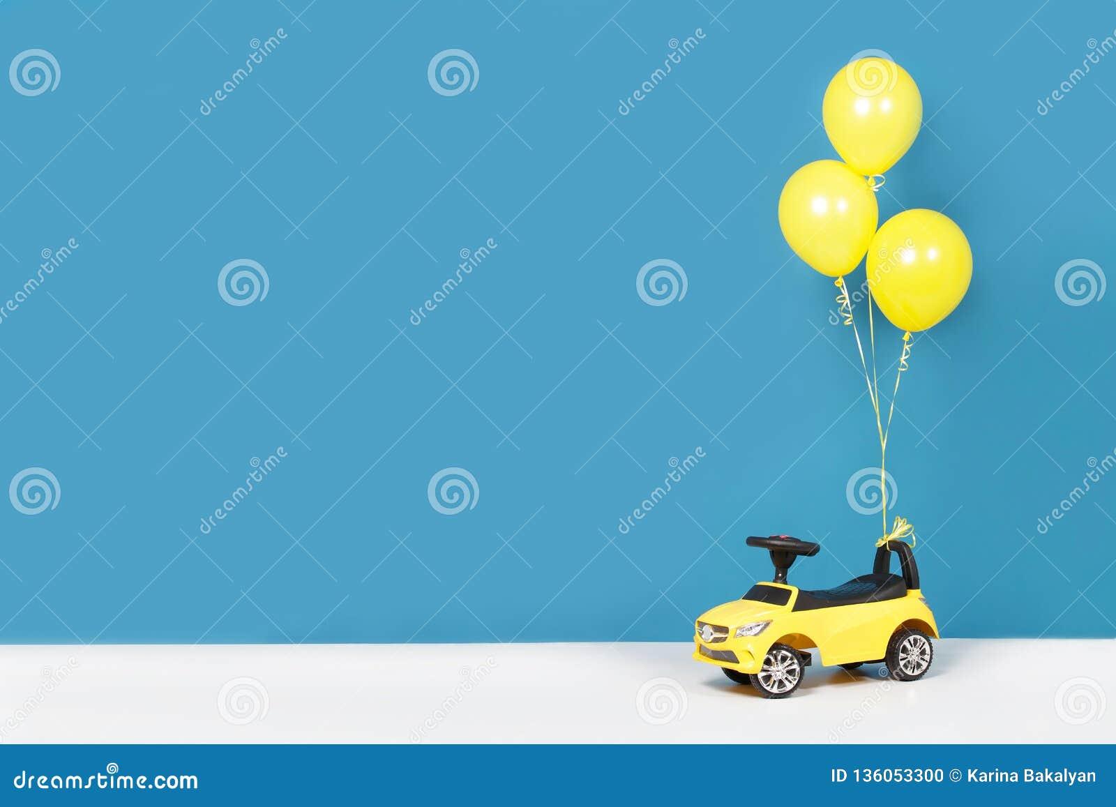 L automobile ed i palloni dei bambini gialli