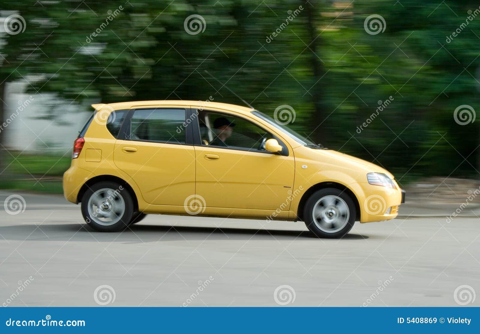 L automobile gialla