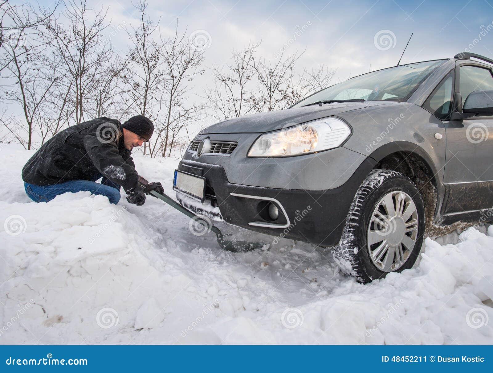 L automobile ha attaccato in neve