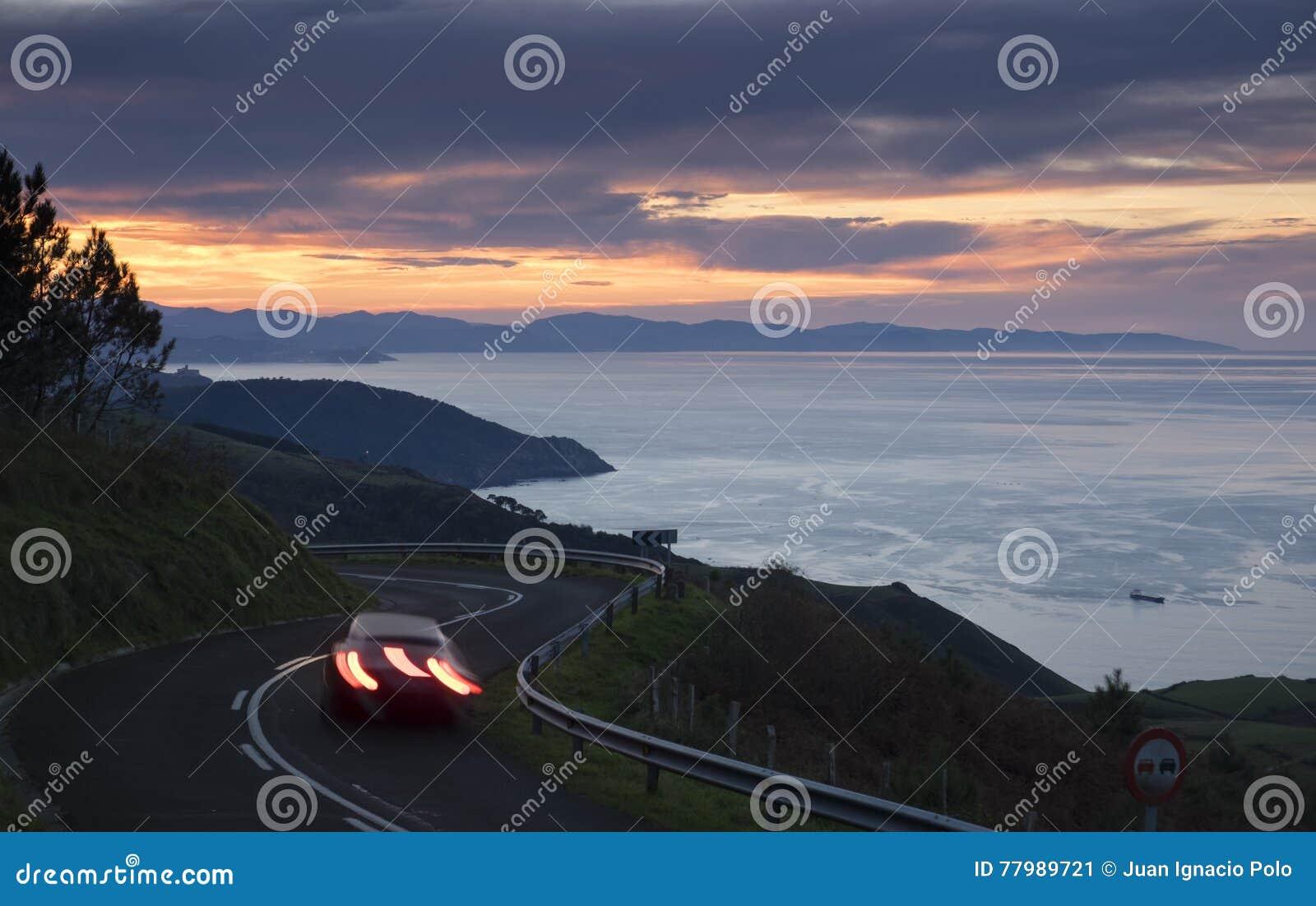 L automobile si accende nella strada, costa basca