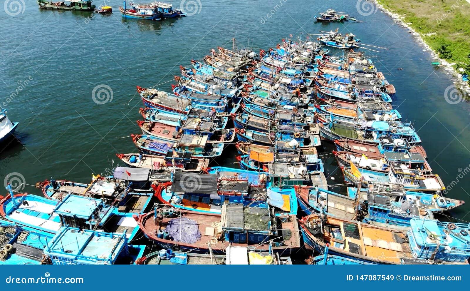 L autre vue : Bateaux de pêche du Golfe intérieur de l île tropicale asiatique