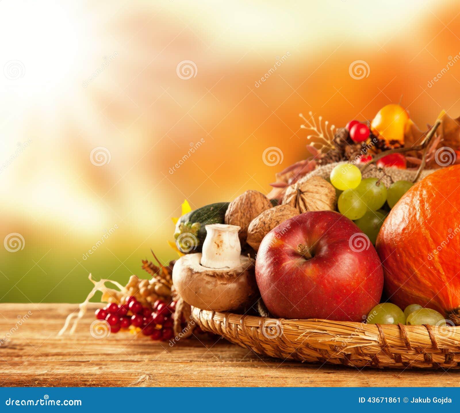 L autunno ha raccolto la frutta e la verdura su legno