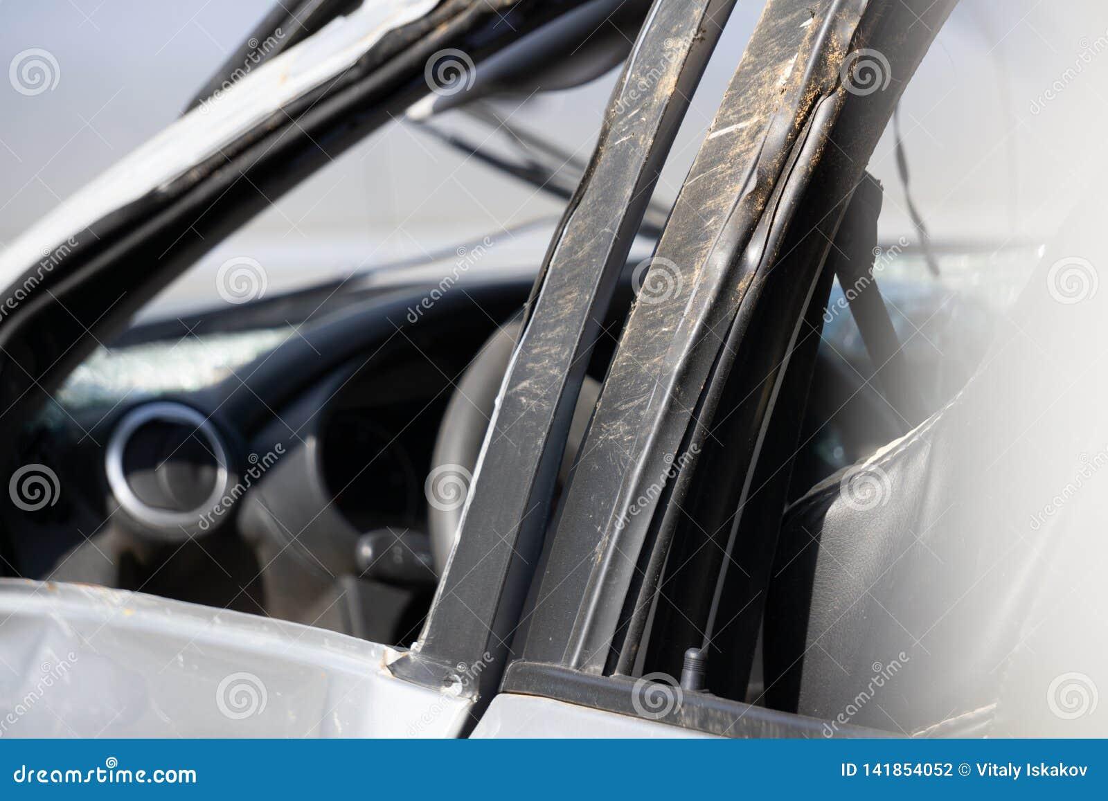L avant de la voiture blanche ou les camion pick-up se brisent l accident sur la rue D isolement sur le fond blanc Économisez ave