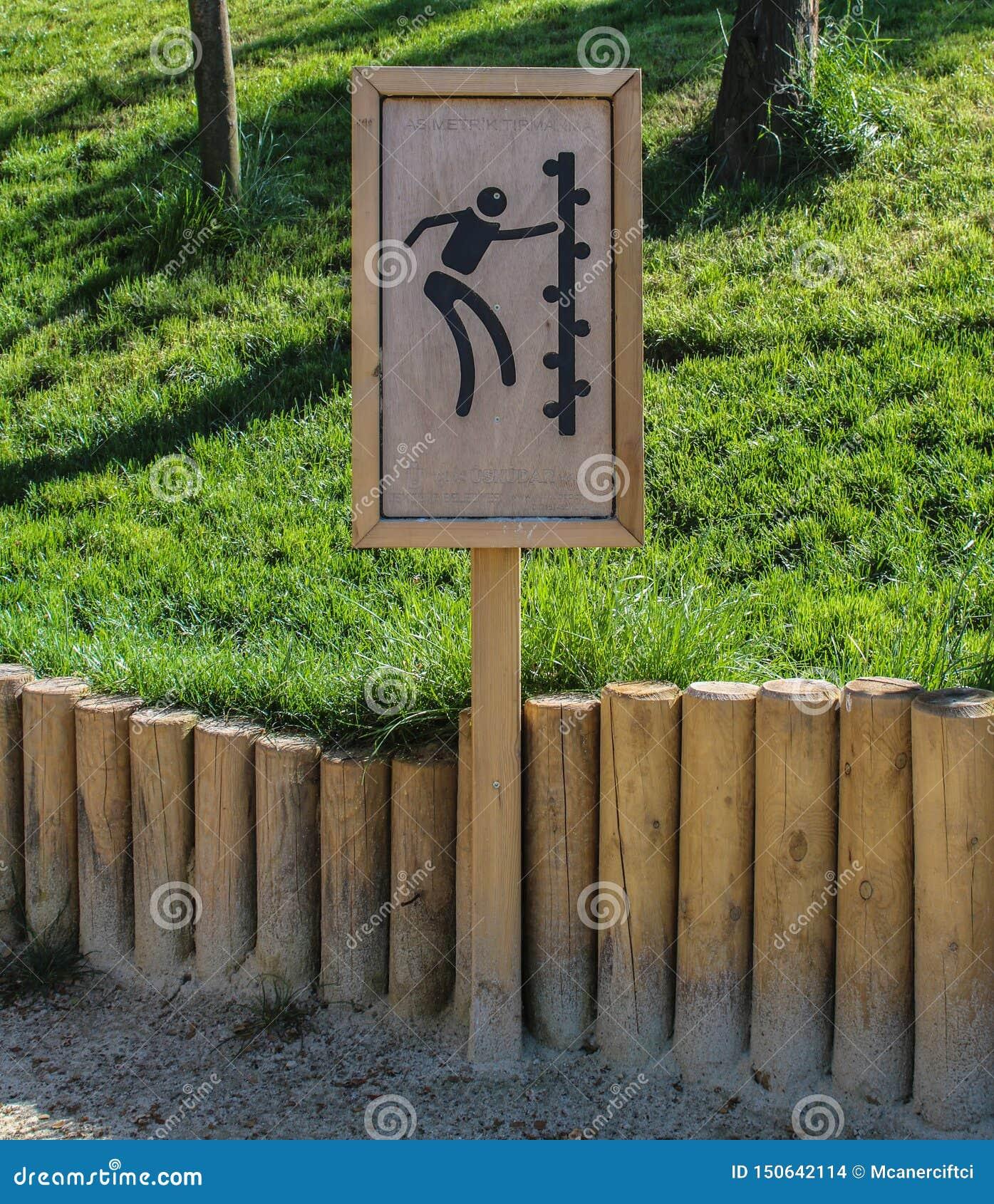 L avertissement s élevant d enfant panneau en parc