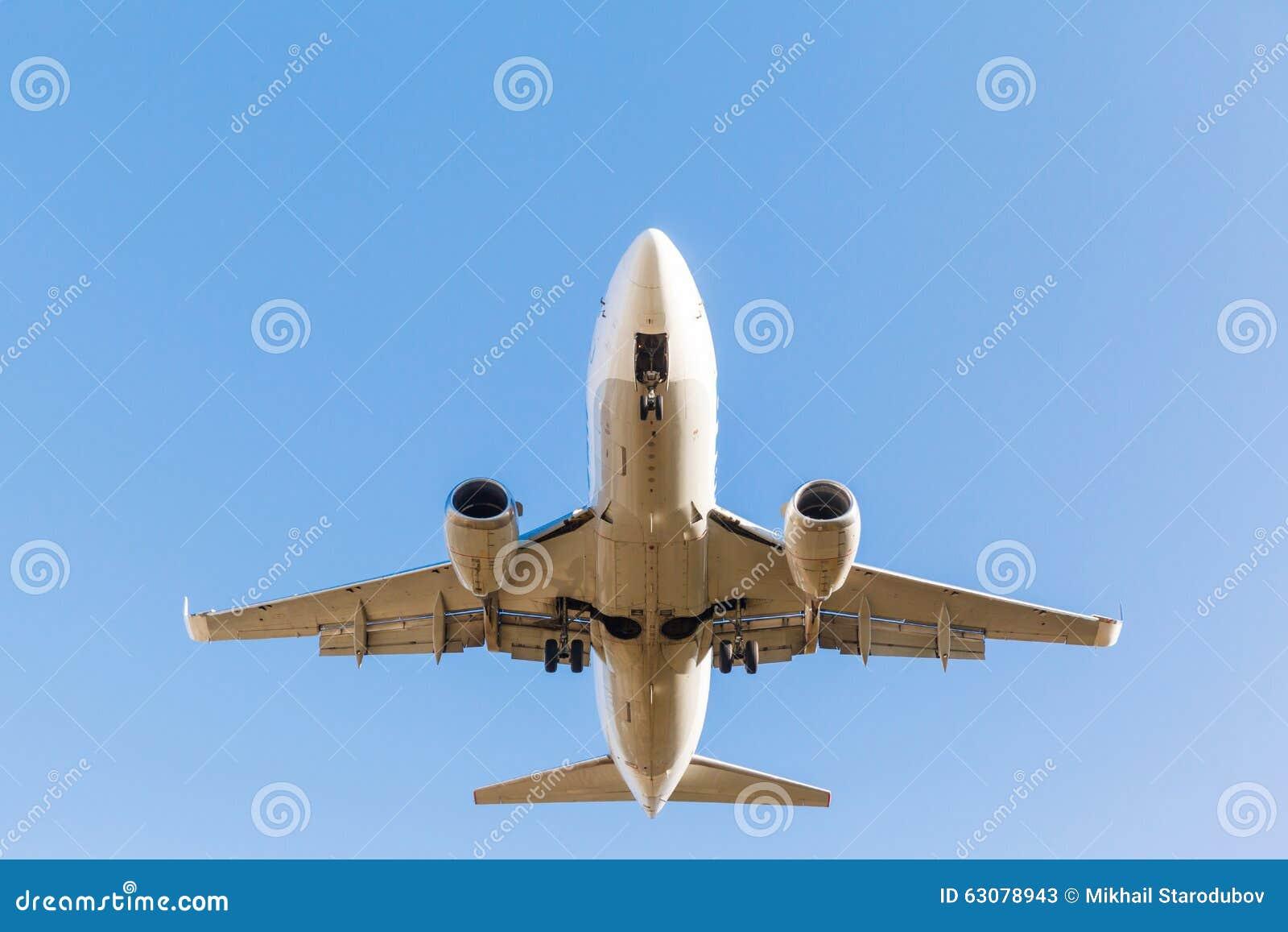 Download L'avion blanc décolle image stock. Image du fuselage - 63078943